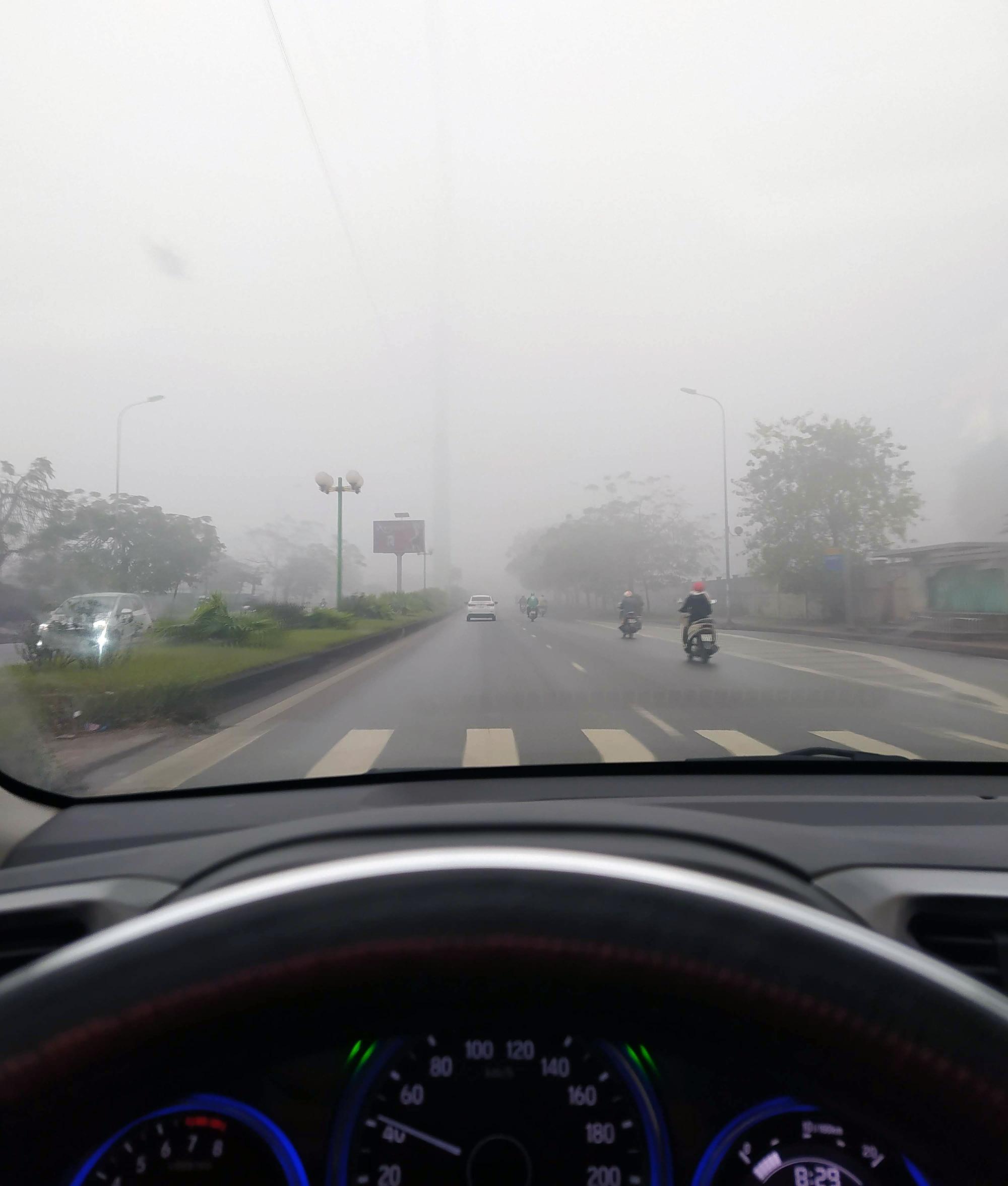 Hà Nội chìm trong sương mù giữa dịch virus corona - Ảnh 3.