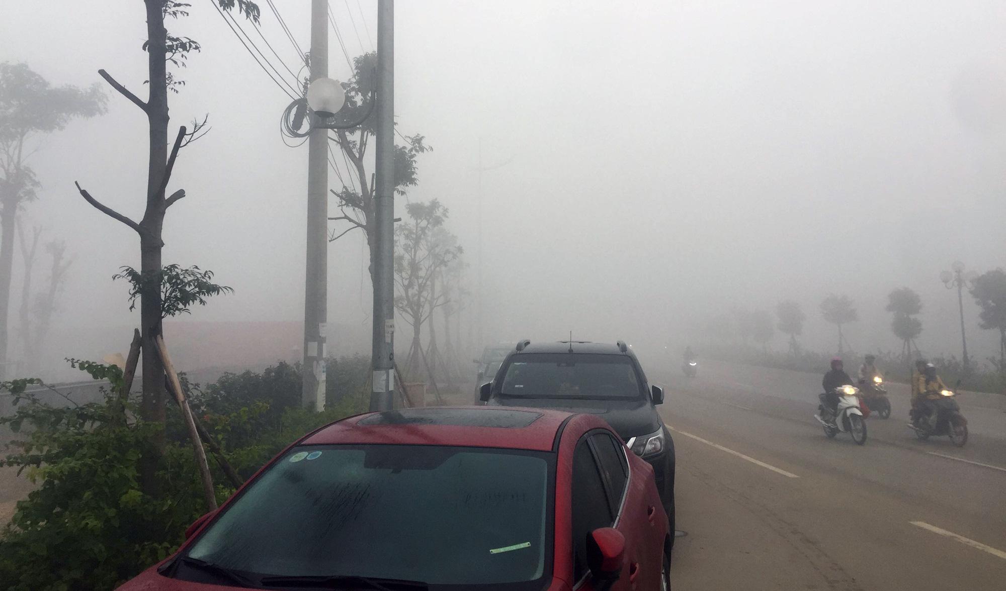 Hà Nội chìm trong sương mù giữa dịch virus corona - Ảnh 4.