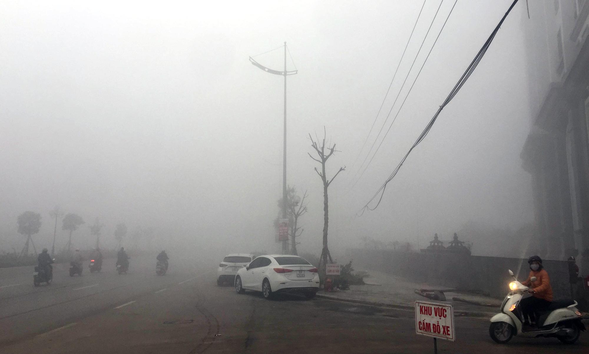 Hà Nội chìm trong sương mù giữa dịch virus corona - Ảnh 5.