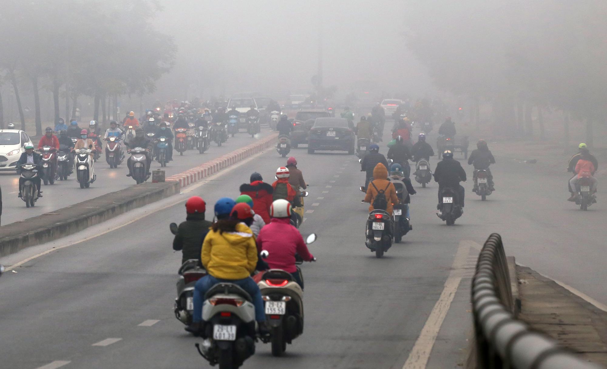 Hà Nội chìm trong sương mù giữa dịch virus corona - Ảnh 9.