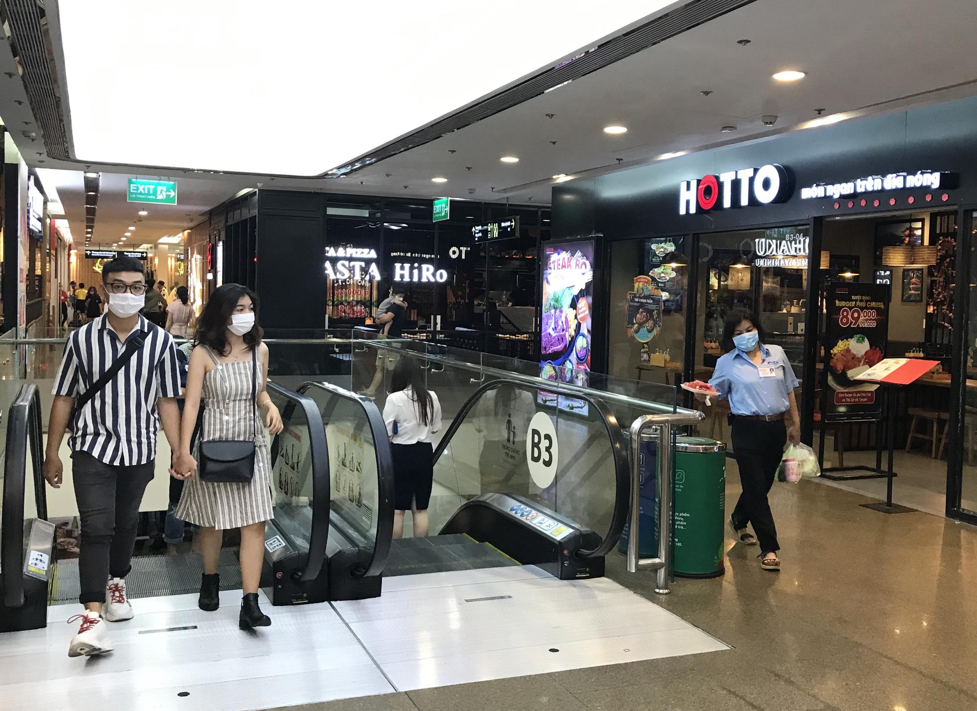 Trung tâm thương mại Sài Gòn vắng tanh, lác đác người giữa dịch corona - Ảnh 7.