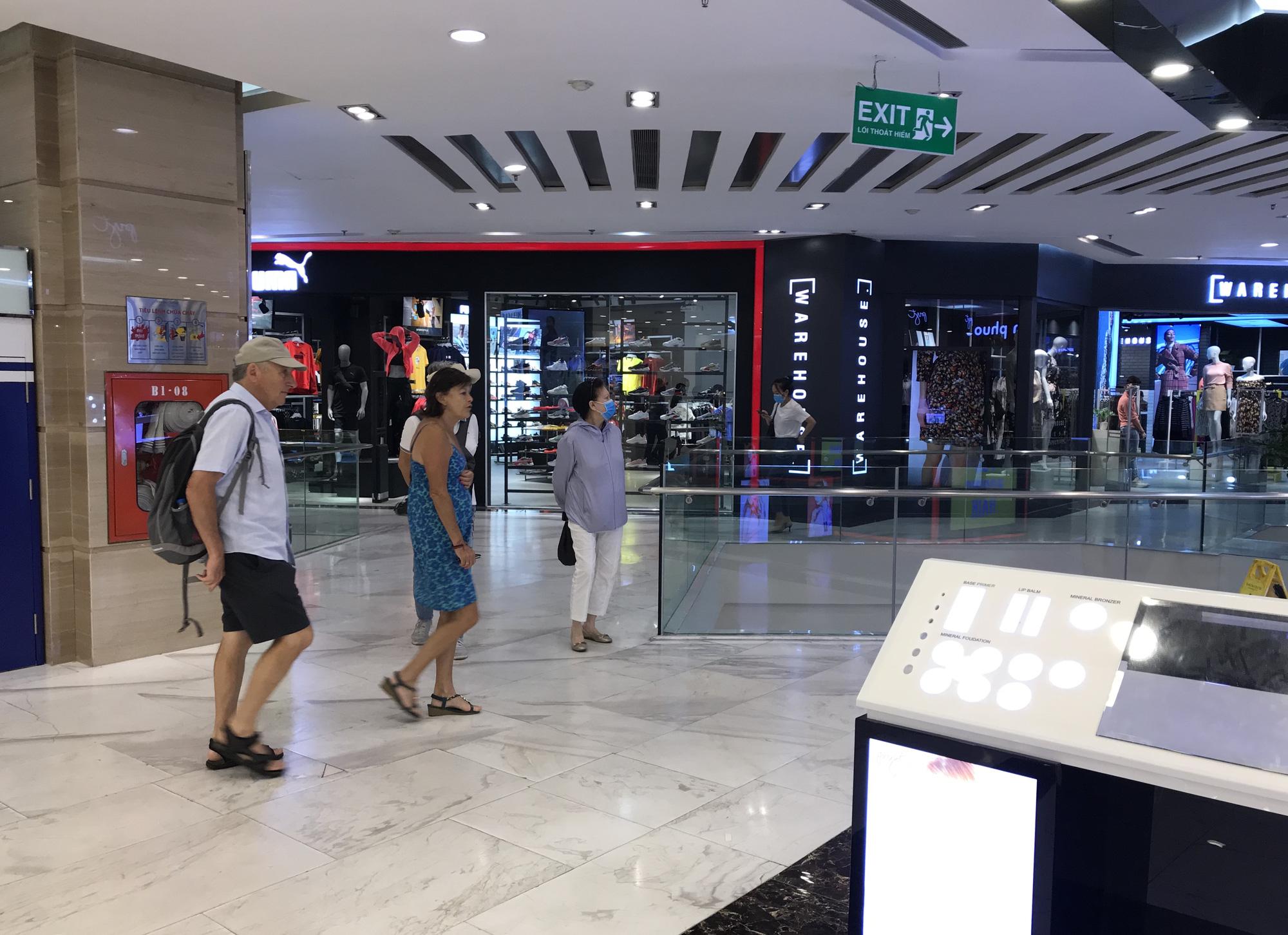 Trung tâm thương mại Sài Gòn vắng tanh, lác đác người giữa dịch corona - Ảnh 4.