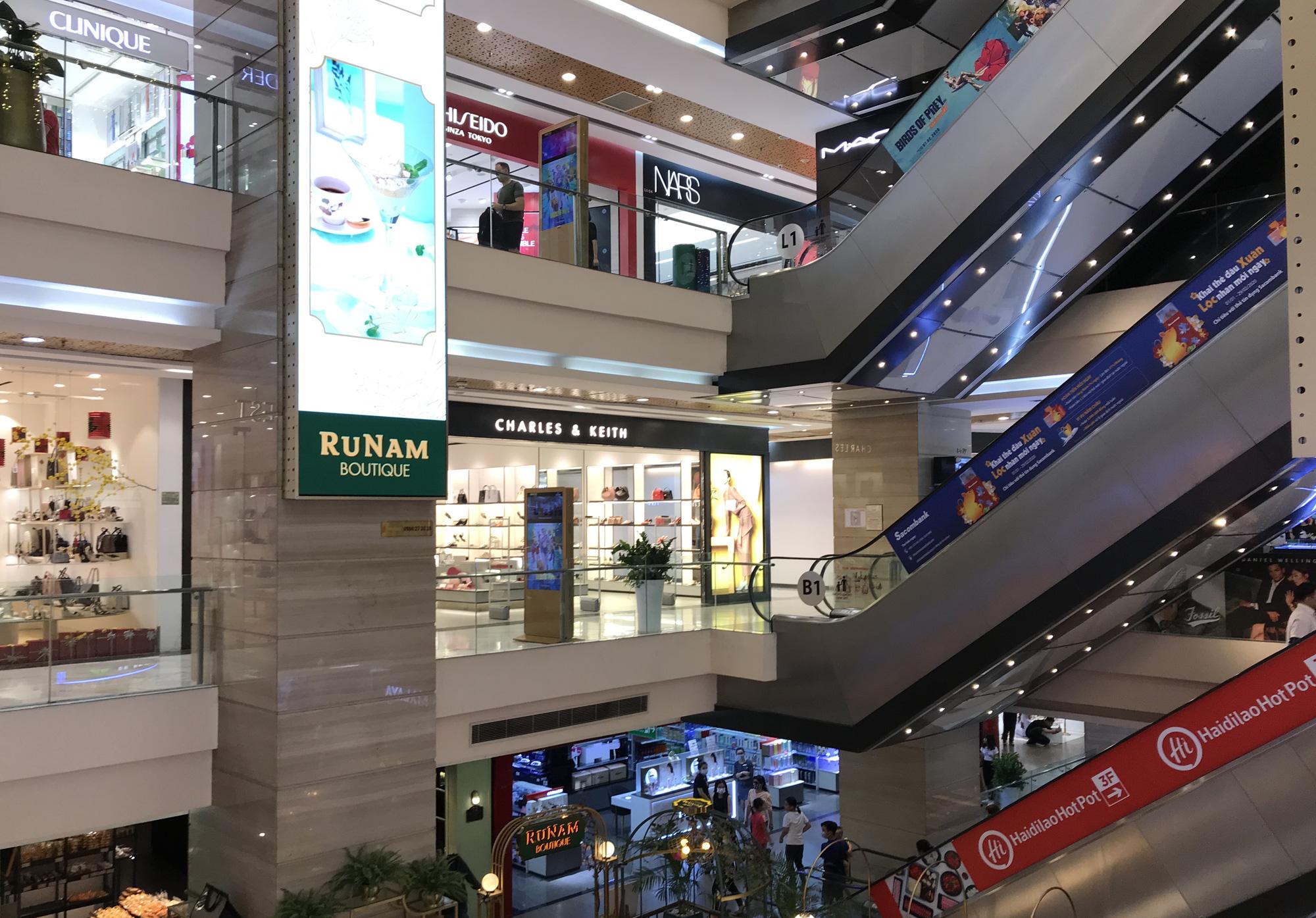 Trung tâm thương mại Sài Gòn vắng tanh, lác đác người giữa dịch corona - Ảnh 3.