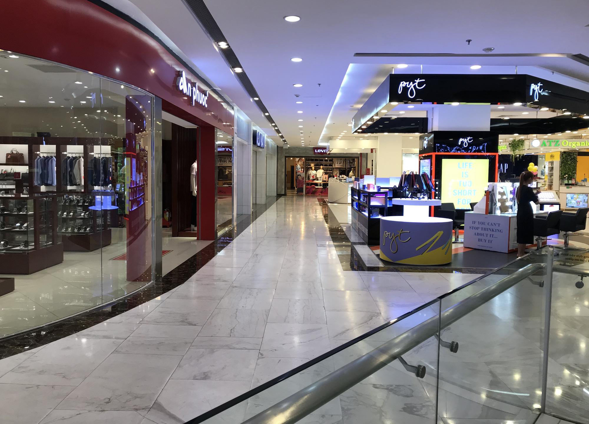 Trung tâm thương mại Sài Gòn vắng tanh, lác đác người giữa dịch corona - Ảnh 1.