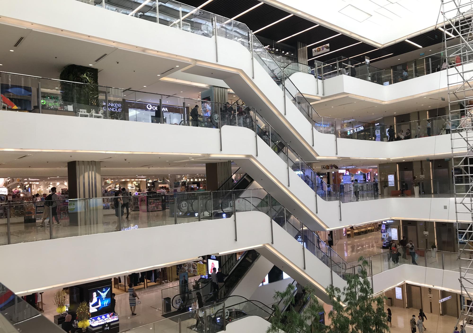 Trung tâm thương mại Sài Gòn vắng tanh, lác đác người giữa dịch corona - Ảnh 9.
