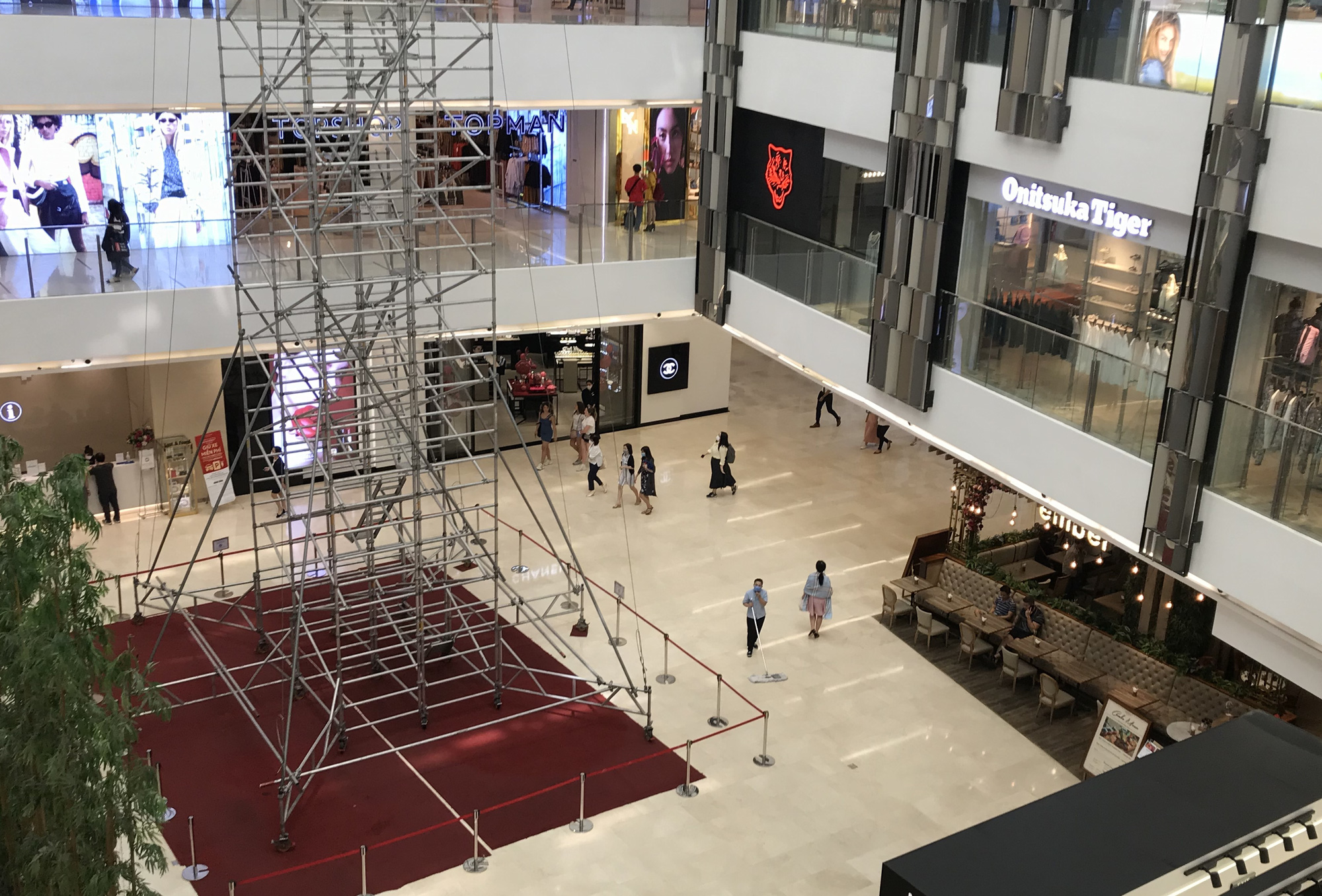 Trung tâm thương mại Sài Gòn vắng tanh, lác đác người giữa dịch corona - Ảnh 10.