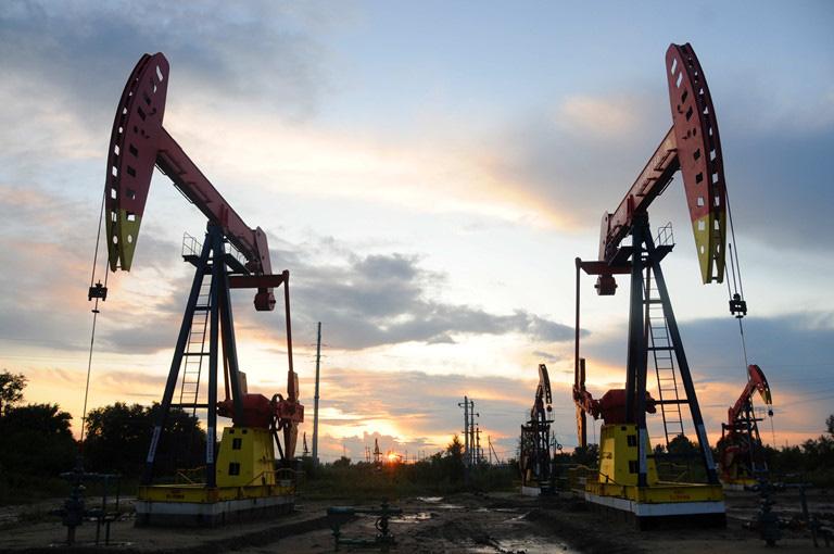 Giá xăng dầu hôm nay 8/2: Thị trường lao dốc cuối tuần  - Ảnh 1.