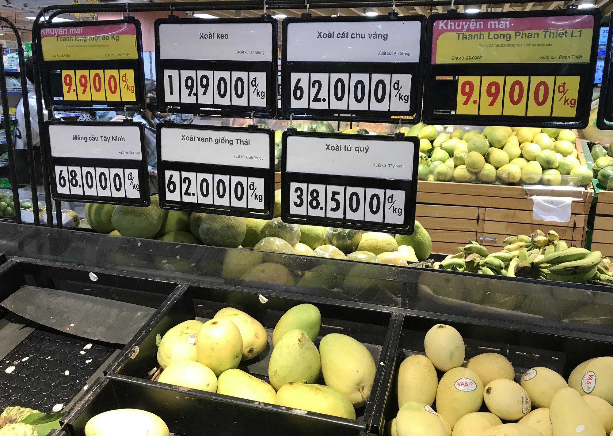 Người Sài Gòn đổ xô giải cứu dưa hấu, thanh long từ 4.200 đồng/kg trong siêu thị, mới 8h, có nơi đã hết sạch - Ảnh 10.