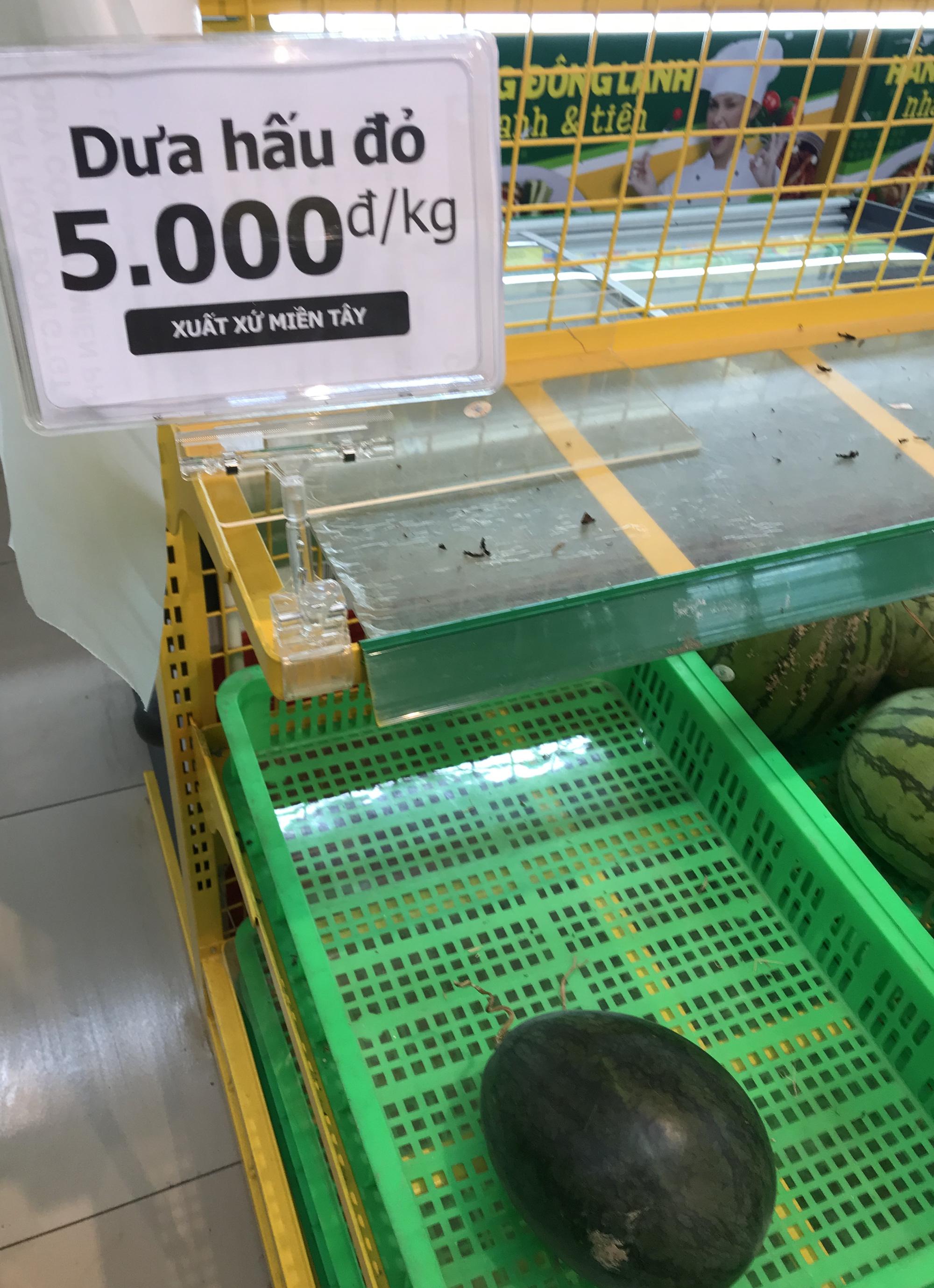 Người Sài Gòn đổ xô giải cứu dưa hấu, thanh long từ 4.200 đồng/kg trong siêu thị, mới 8h, có nơi đã hết sạch - Ảnh 14.