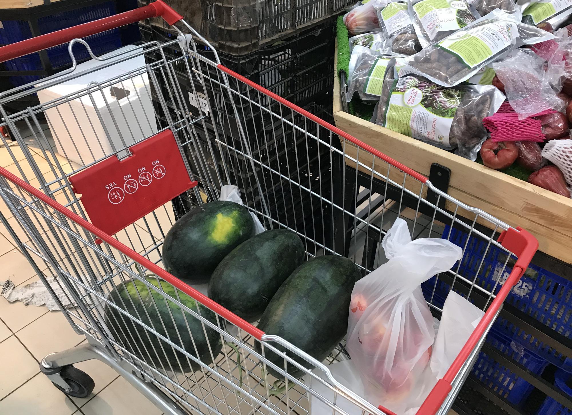 Người Sài Gòn đổ xô giải cứu dưa hấu, thanh long từ 4.200 đồng/kg trong siêu thị, mới 8h, có nơi đã hết sạch - Ảnh 5.