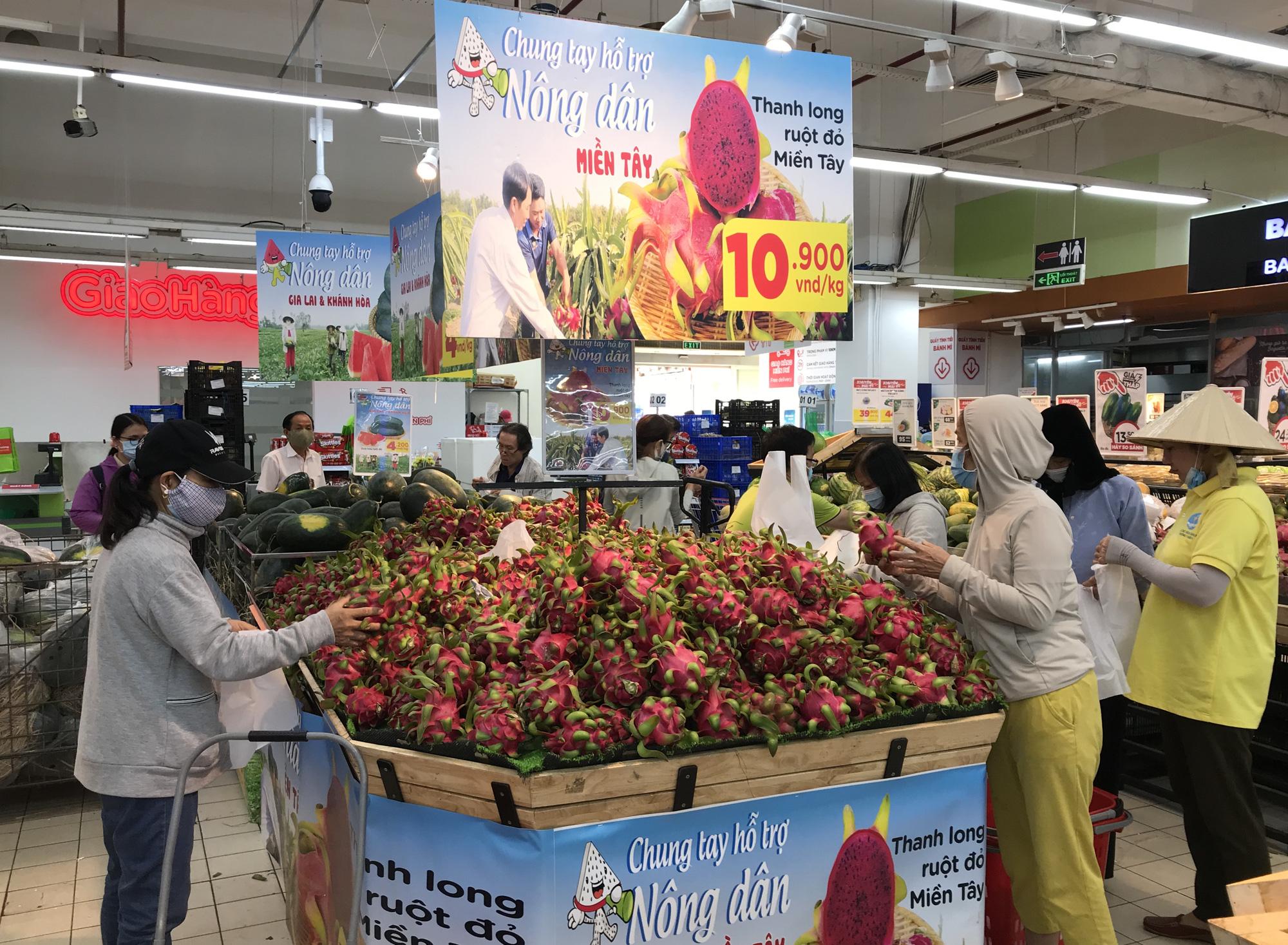 Người Sài Gòn đổ xô giải cứu dưa hấu, thanh long từ 4.200 đồng/kg trong siêu thị, mới 8h, có nơi đã hết sạch - Ảnh 3.
