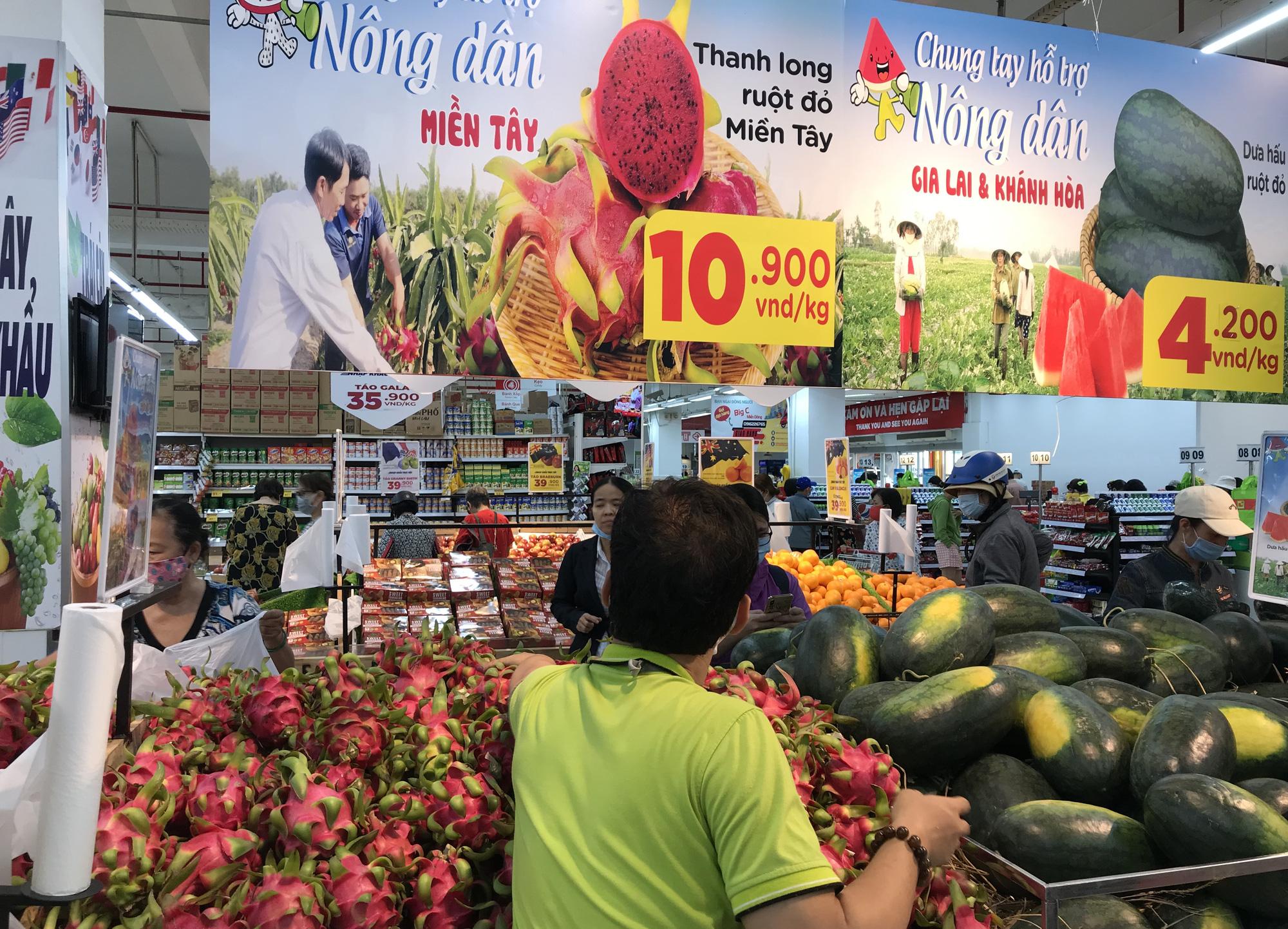 Người Sài Gòn đổ xô giải cứu dưa hấu, thanh long từ 4.200 đồng/kg trong siêu thị, mới 8h, có nơi đã hết sạch - Ảnh 15.