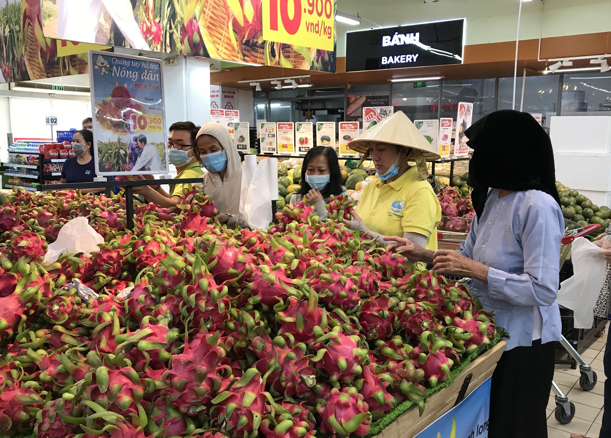Người Sài Gòn đổ xô giải cứu dưa hấu, thanh long từ 4.200 đồng/kg trong siêu thị, mới 8h, có nơi đã hết sạch - Ảnh 2.