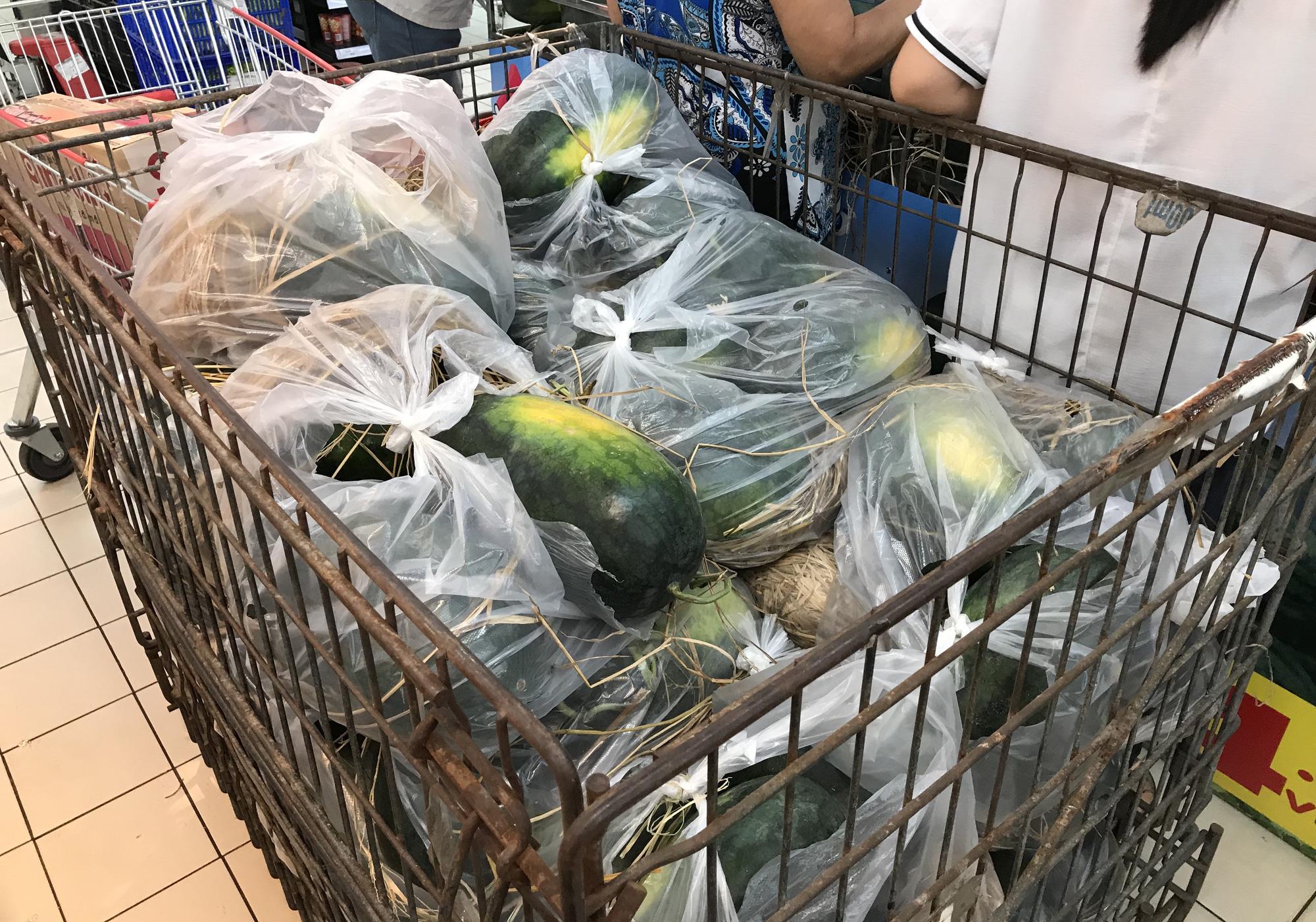 Người Sài Gòn đổ xô giải cứu dưa hấu, thanh long từ 4.200 đồng/kg trong siêu thị, mới 8h, có nơi đã hết sạch - Ảnh 7.