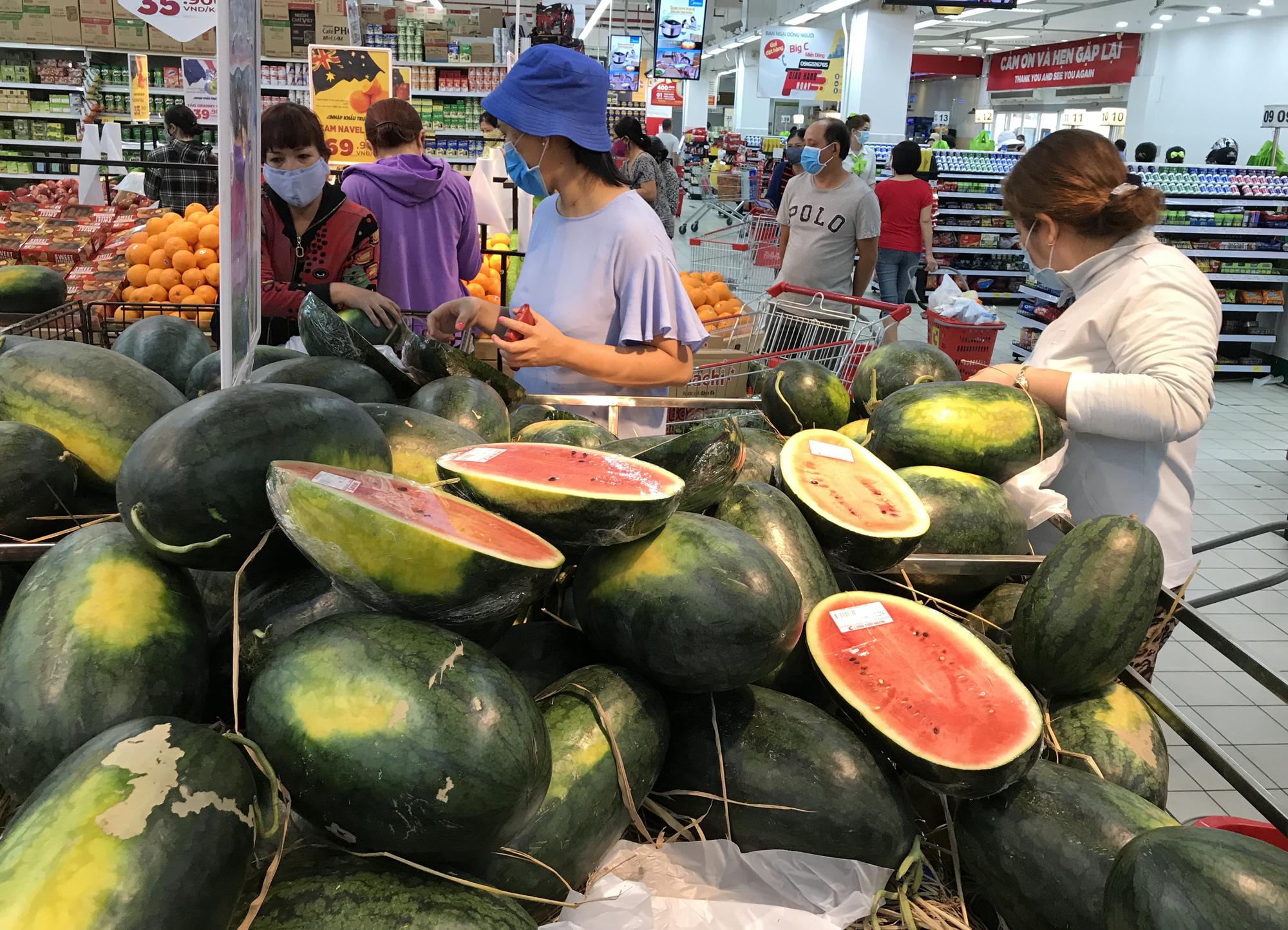 Người Sài Gòn đổ xô giải cứu dưa hấu, thanh long từ 4.200 đồng/kg trong siêu thị, mới 8h, có nơi đã hết sạch - Ảnh 6.