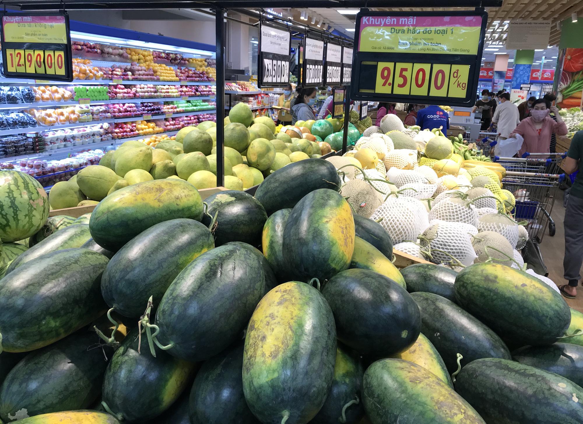 Người Sài Gòn đổ xô giải cứu dưa hấu, thanh long từ 4.200 đồng/kg trong siêu thị, mới 8h, có nơi đã hết sạch - Ảnh 8.