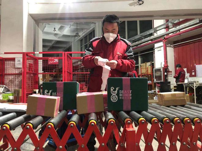 Dân Trung Quốc chôn chân tại nhà vì virus corona, dịch vụ giao hàng thắng đậm - Ảnh 1.