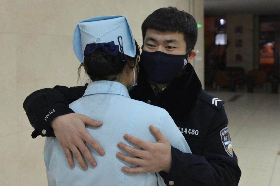 Dân Trung Quốc chôn chân tại nhà vì virus corona, dịch vụ giao hàng thắng đậm - Ảnh 3.