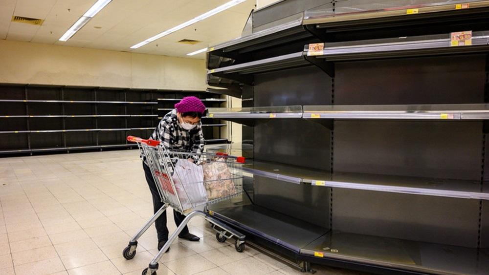 Vét sạch siêu thị giữa dịch viêm phổi - Ảnh 1.