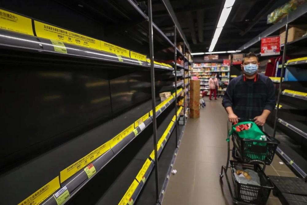 Vét sạch siêu thị giữa dịch viêm phổi - Ảnh 3.