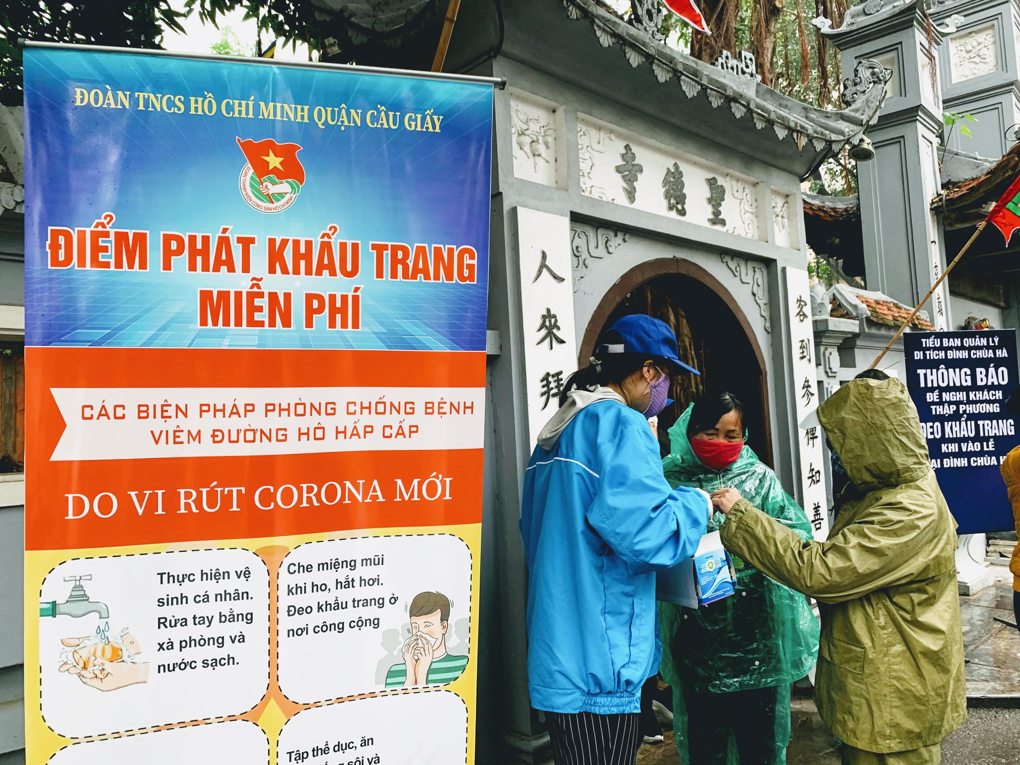 Rằm tháng Giêng, hàng quán ven đền chùa ế ẩm, người bán than trời: Chưa năm nào vắng như năm nay - Ảnh 1.