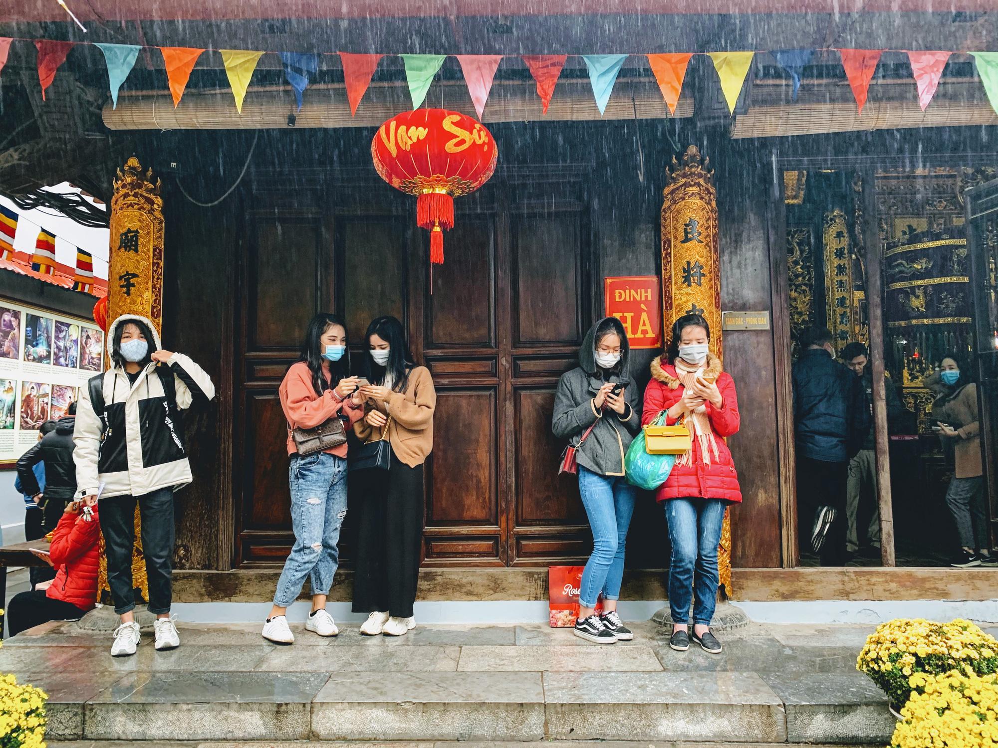 Rằm tháng Giêng, hàng quán ven đền chùa ế ẩm, người bán than trời: Chưa năm nào vắng như năm nay - Ảnh 3.
