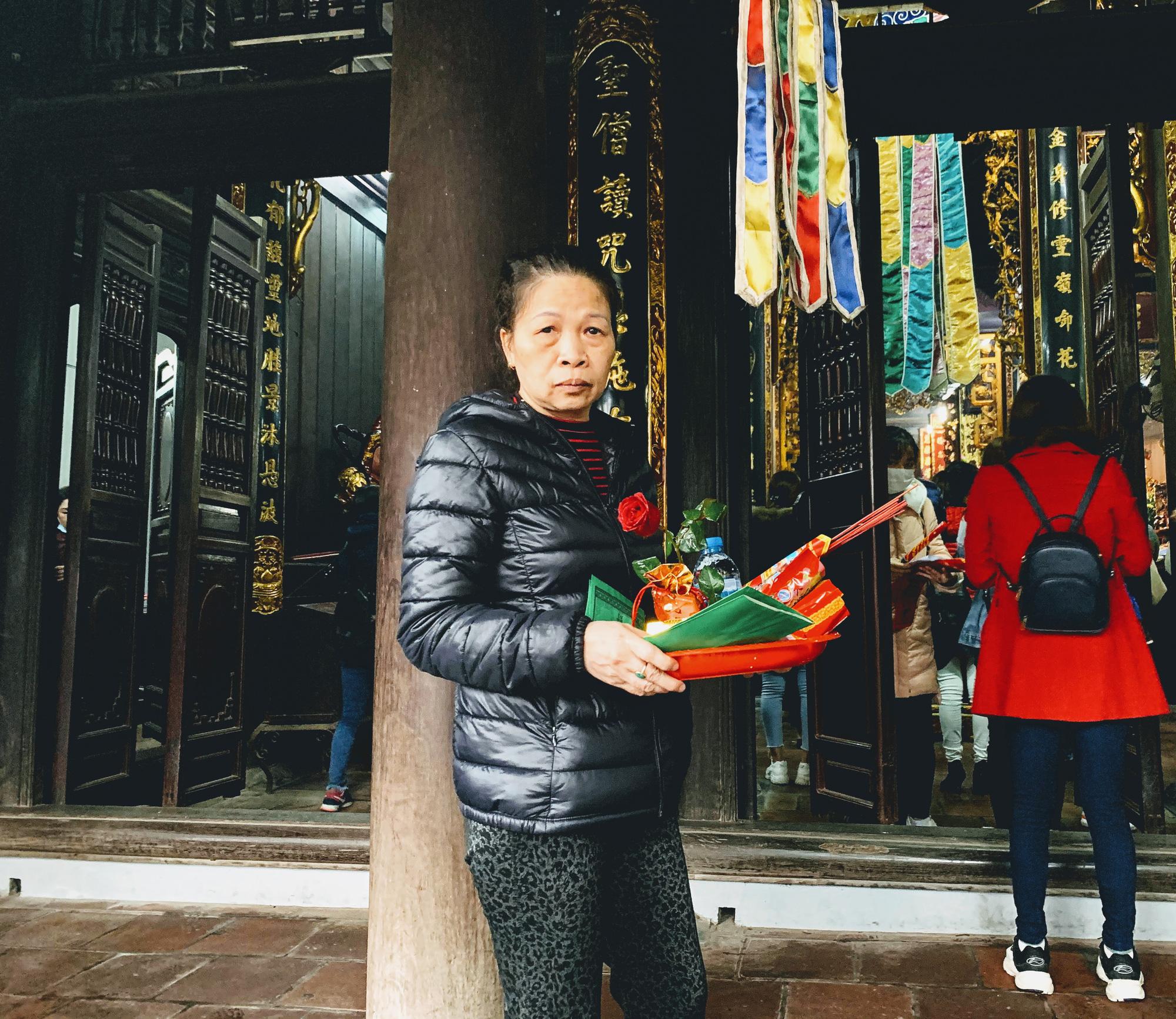 Rằm tháng Giêng, hàng quán ven đền chùa ế ẩm, người bán than trời: Chưa năm nào vắng như năm nay - Ảnh 5.