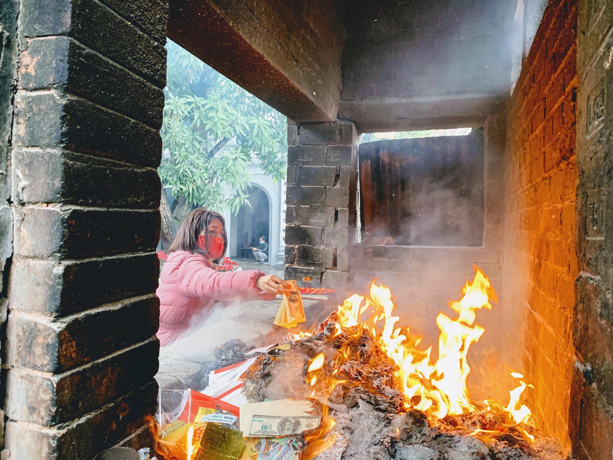 Rằm tháng Giêng, hàng quán ven đền chùa ế ẩm, người bán than trời: Chưa năm nào vắng như năm nay - Ảnh 16.