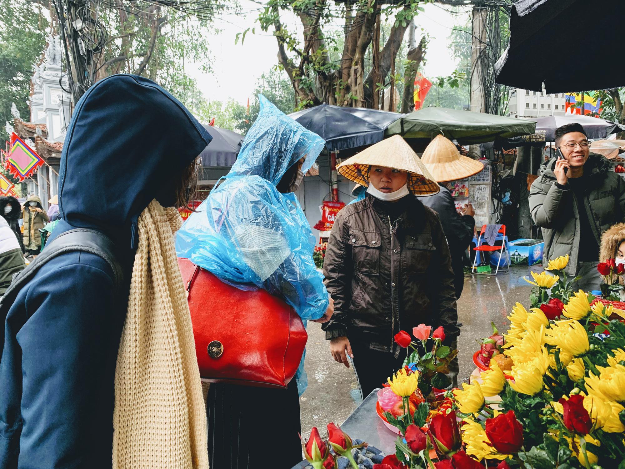 Rằm tháng Giêng, hàng quán ven đền chùa ế ẩm, người bán than trời: Chưa năm nào vắng như năm nay - Ảnh 6.