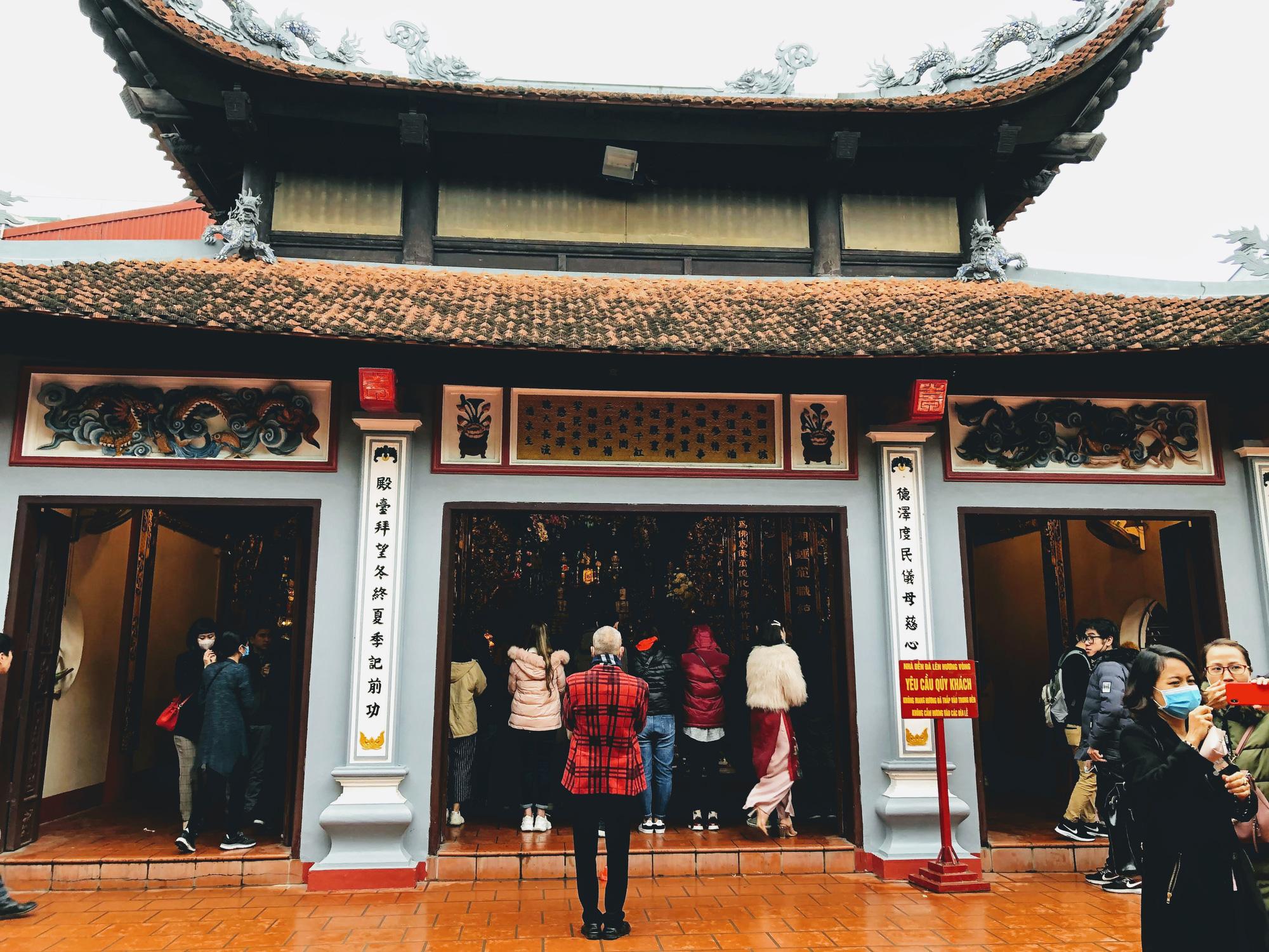 Rằm tháng Giêng, hàng quán ven đền chùa ế ẩm, người bán than trời: Chưa năm nào vắng như năm nay - Ảnh 4.