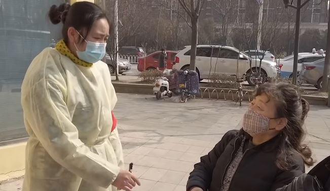 Dân Trung Quốc chôn chân tại nhà vì virus corona, dịch vụ giao hàng thắng đậm - Ảnh 7.