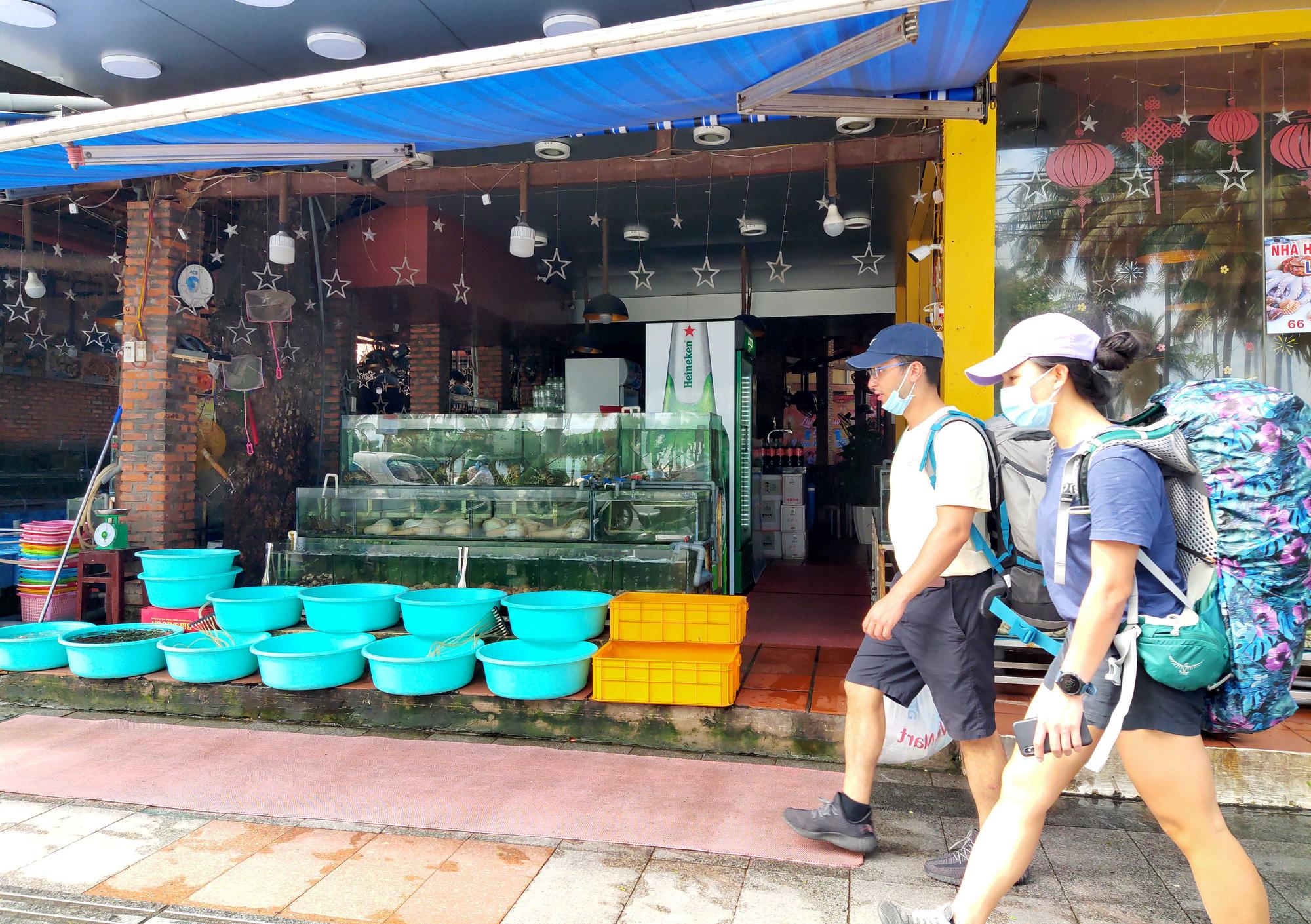 Nha Trang: Phố hải sản đìu hiu, hàng loạt nhà hàng đóng cửa trong đại dịch corona  - Ảnh 13.