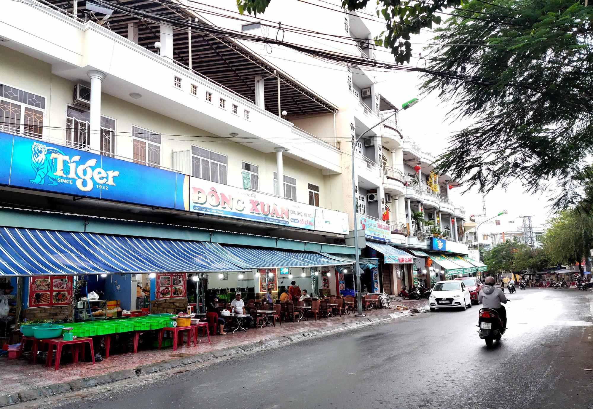 Nha Trang: Phố hải sản đìu hiu, hàng loạt nhà hàng đóng cửa trong đại dịch corona  - Ảnh 7.