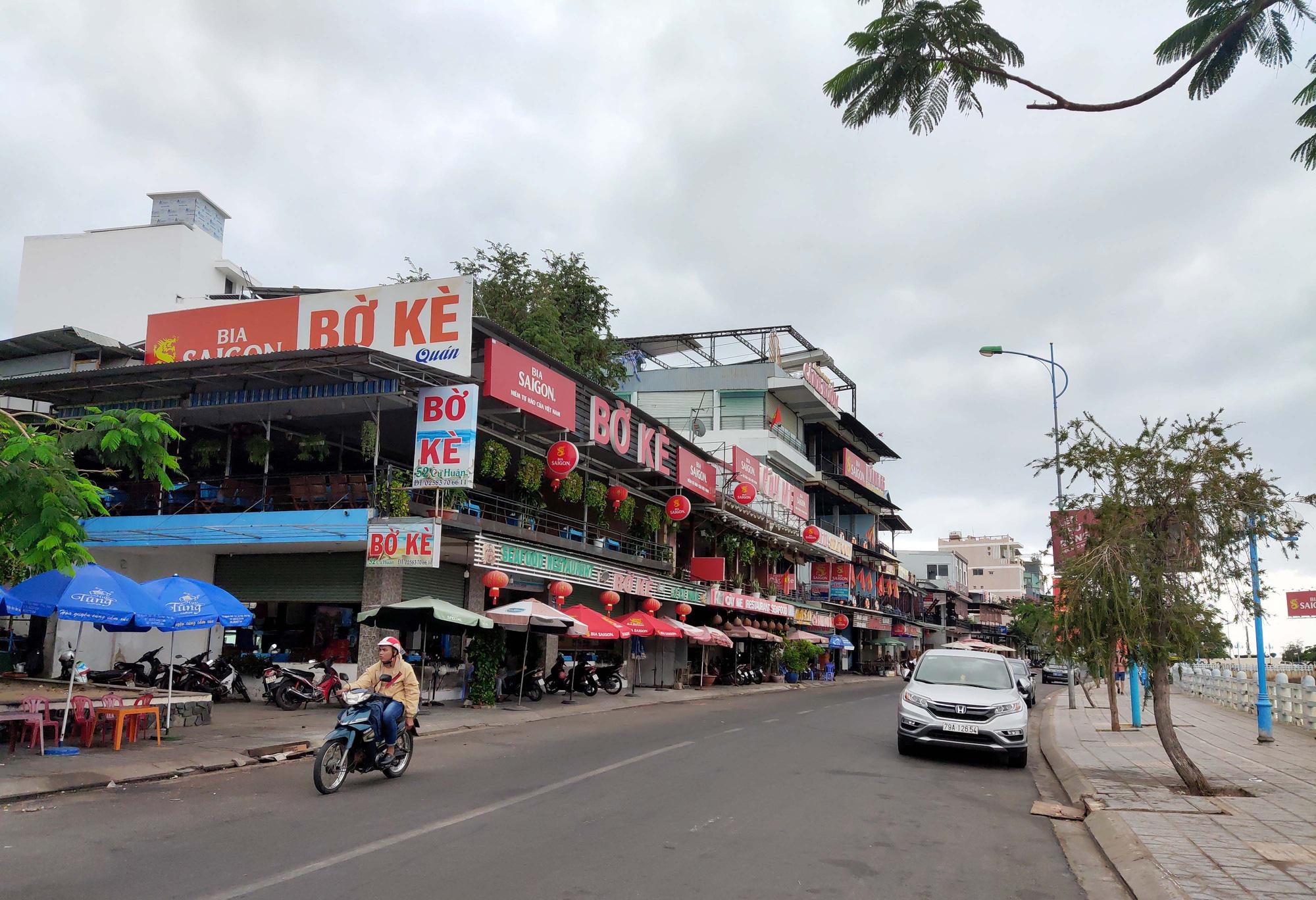 Nha Trang: Phố hải sản đìu hiu, hàng loạt nhà hàng đóng cửa trong đại dịch corona  - Ảnh 1.