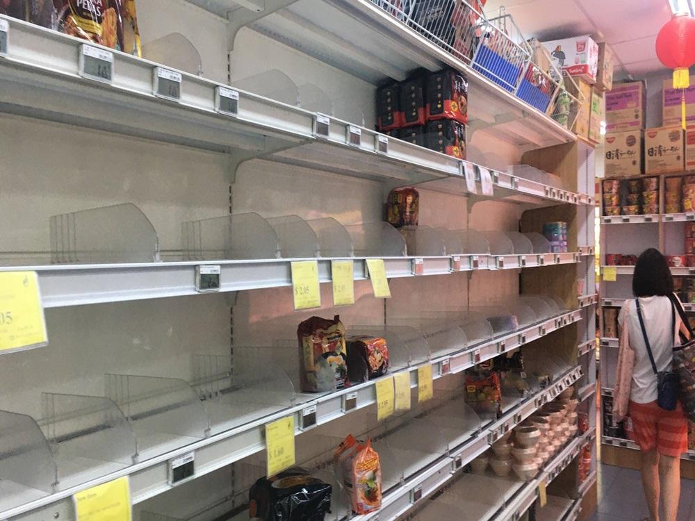 Vét sạch siêu thị giữa dịch viêm phổi - Ảnh 8.