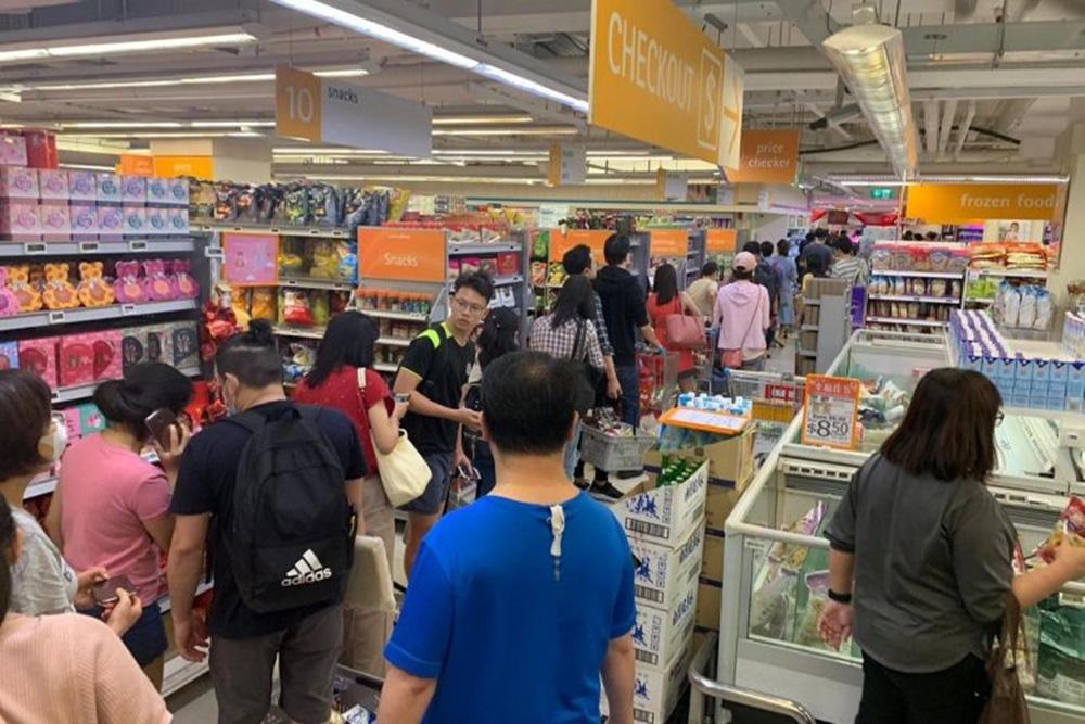 Vét sạch siêu thị giữa dịch viêm phổi - Ảnh 7.