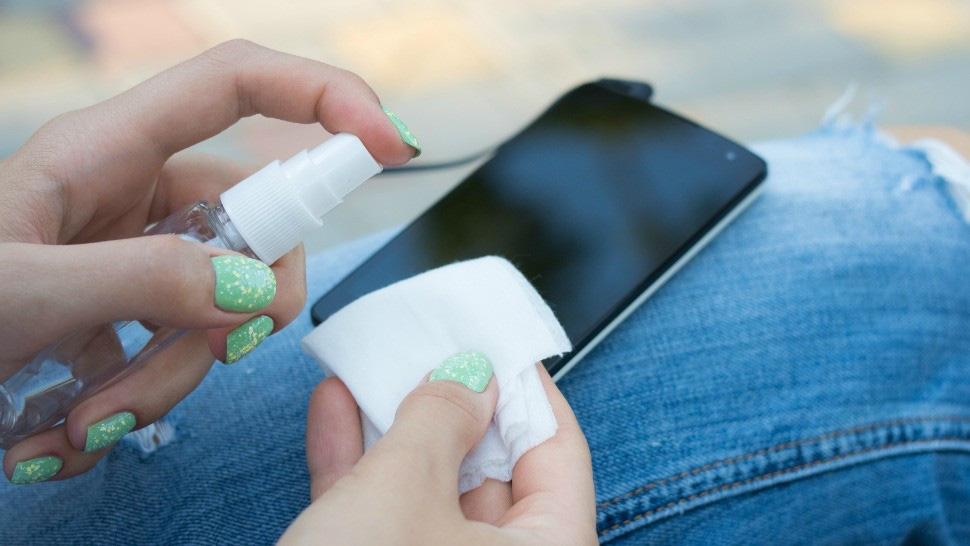 Vệ sinh điện thoại đúng cách để phòng virus corona - Ảnh 1.