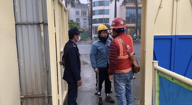 Công trường xây dựng Hà Nội đo thân nhiệt, phát khẩu trang cho công nhân - Ảnh 2.