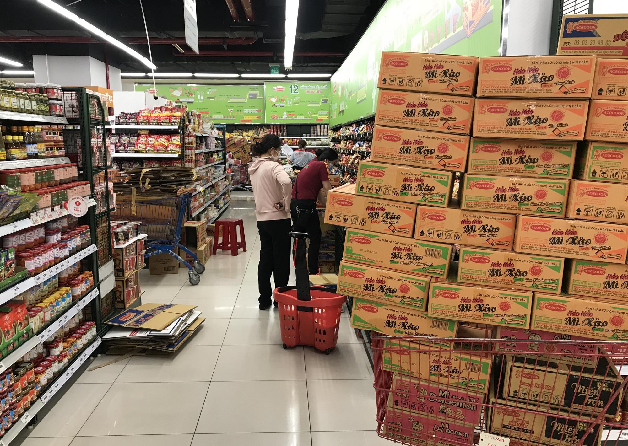 Người Sài Gòn không gom hàng tích trữ, thực phẩm, gạo, mì tôm… đầy ắp, siêu thị còn giảm giá mạnh - Ảnh 14.