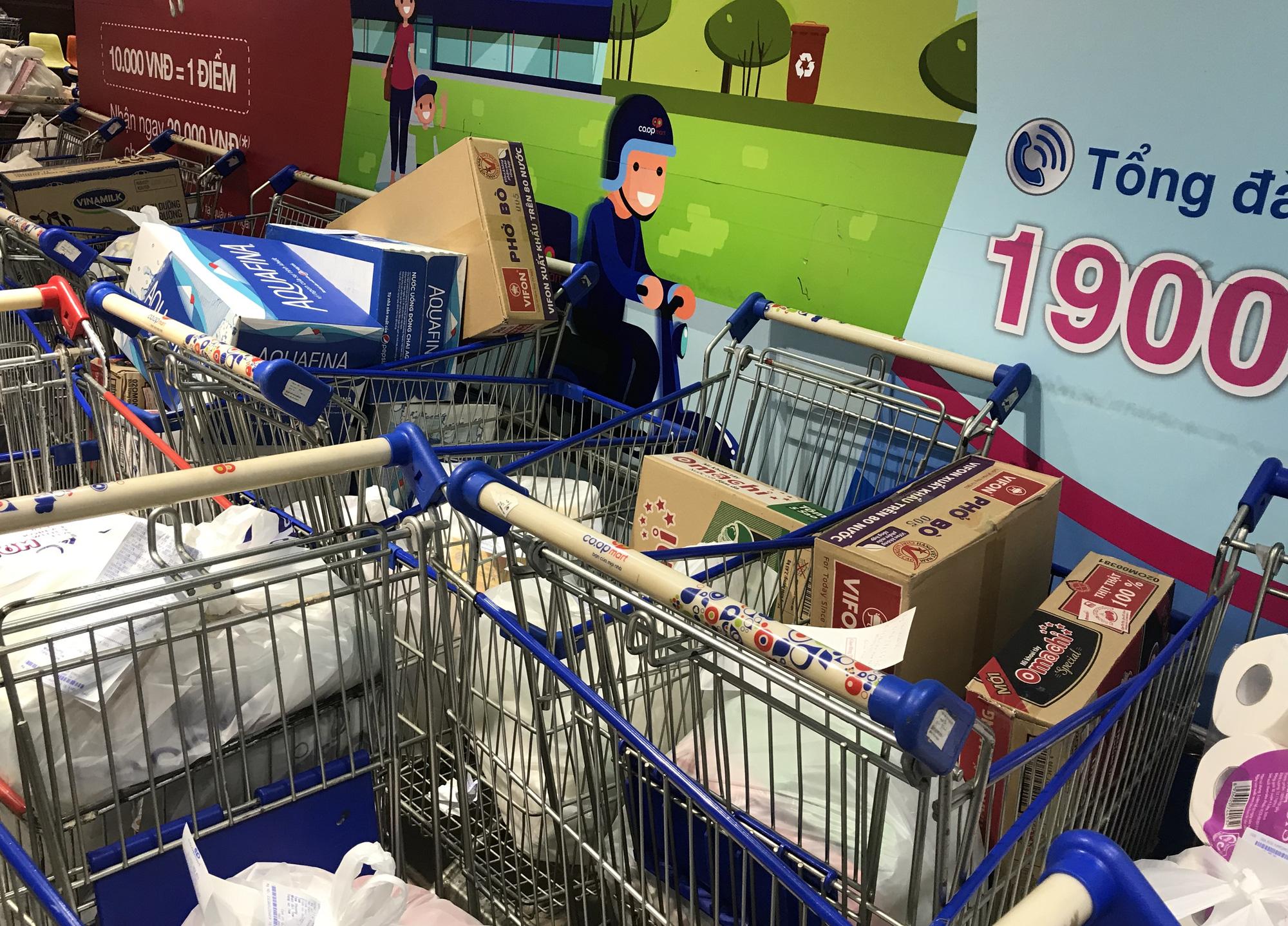 Người Sài Gòn không gom hàng tích trữ, thực phẩm, gạo, mì tôm… đầy ắp, siêu thị còn giảm giá mạnh - Ảnh 16.