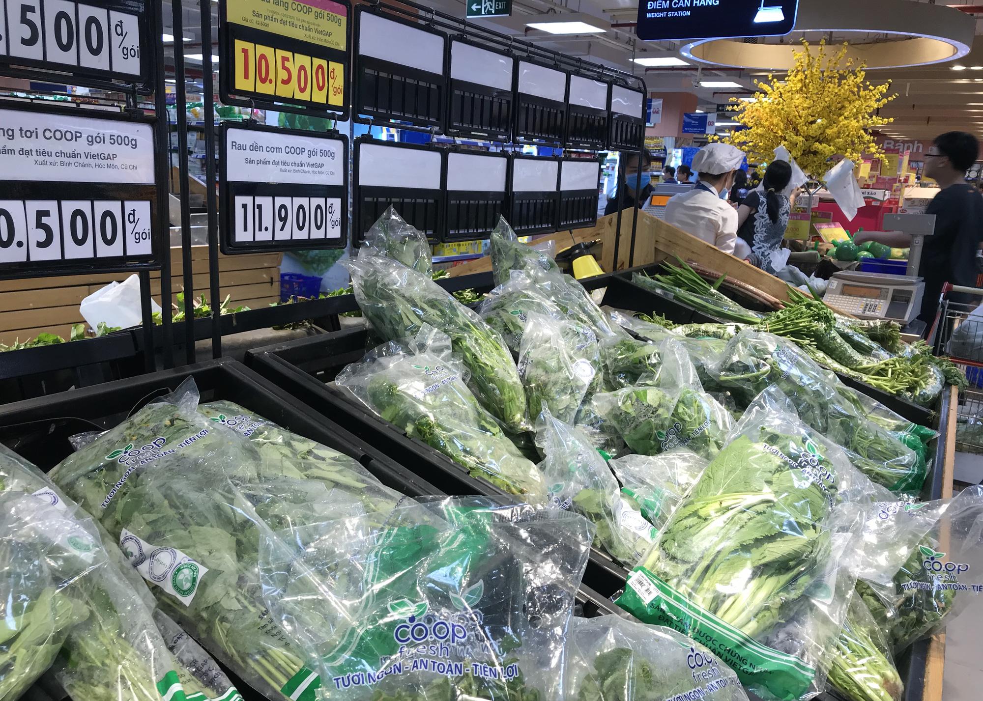 Người Sài Gòn không gom hàng tích trữ, thực phẩm, gạo, mì tôm… đầy ắp, siêu thị còn giảm giá mạnh - Ảnh 10.