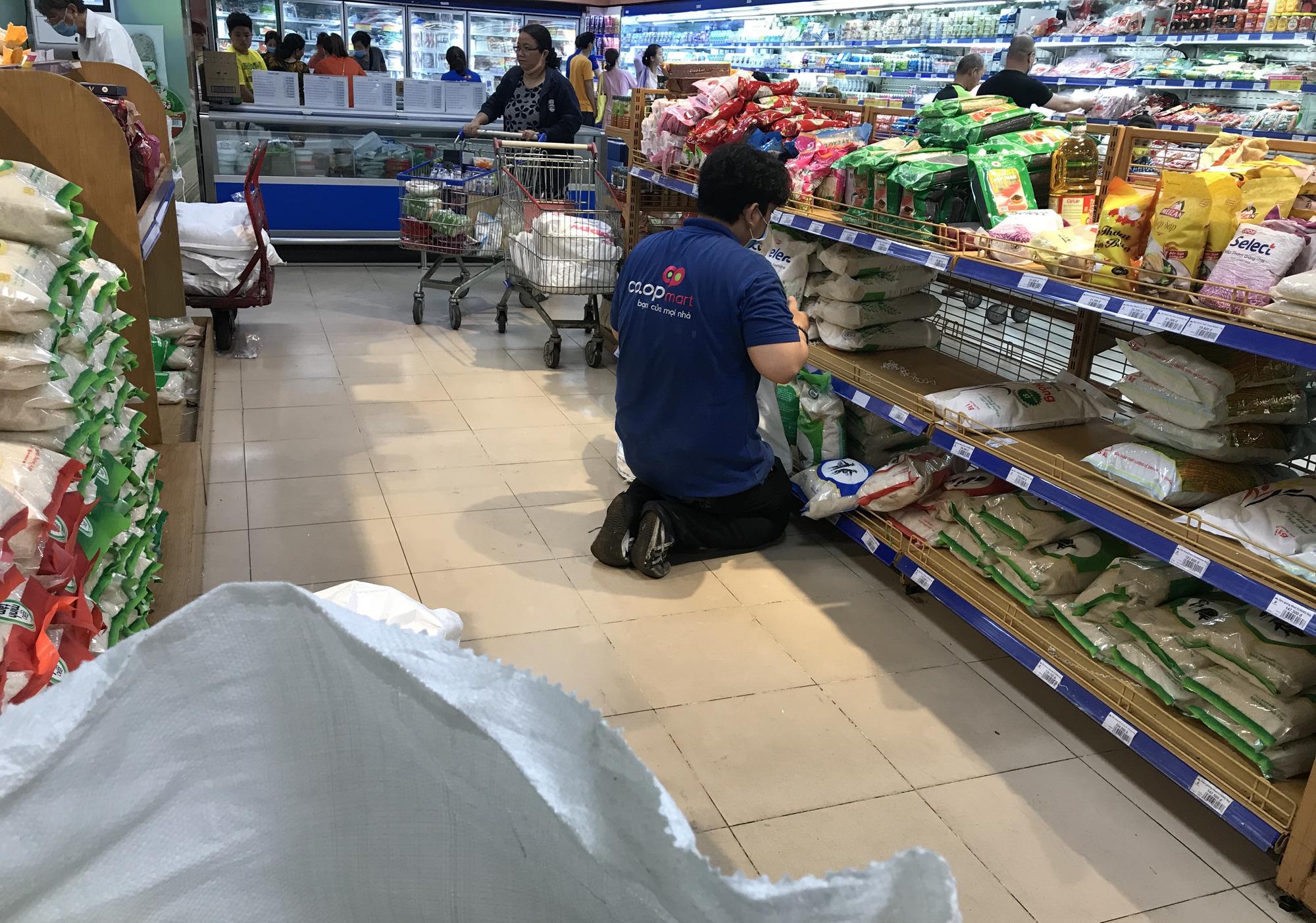 Người Sài Gòn không gom hàng tích trữ, thực phẩm, gạo, mì tôm… đầy ắp, siêu thị còn giảm giá mạnh - Ảnh 12.