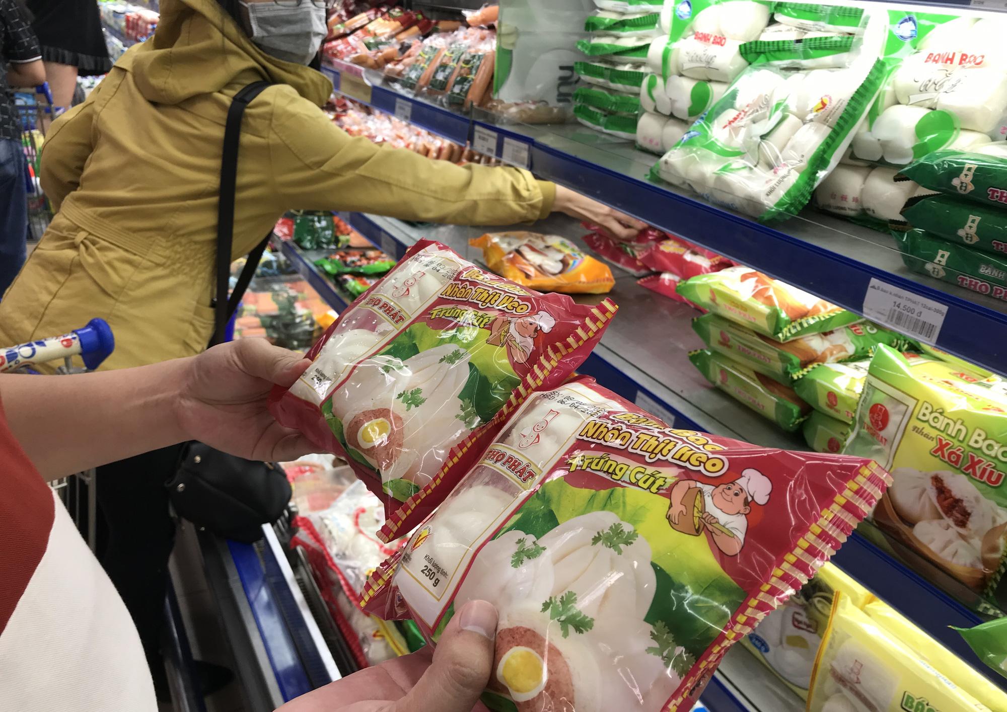 Người Sài Gòn không gom hàng tích trữ, thực phẩm, gạo, mì tôm… đầy ắp, siêu thị còn giảm giá mạnh - Ảnh 11.