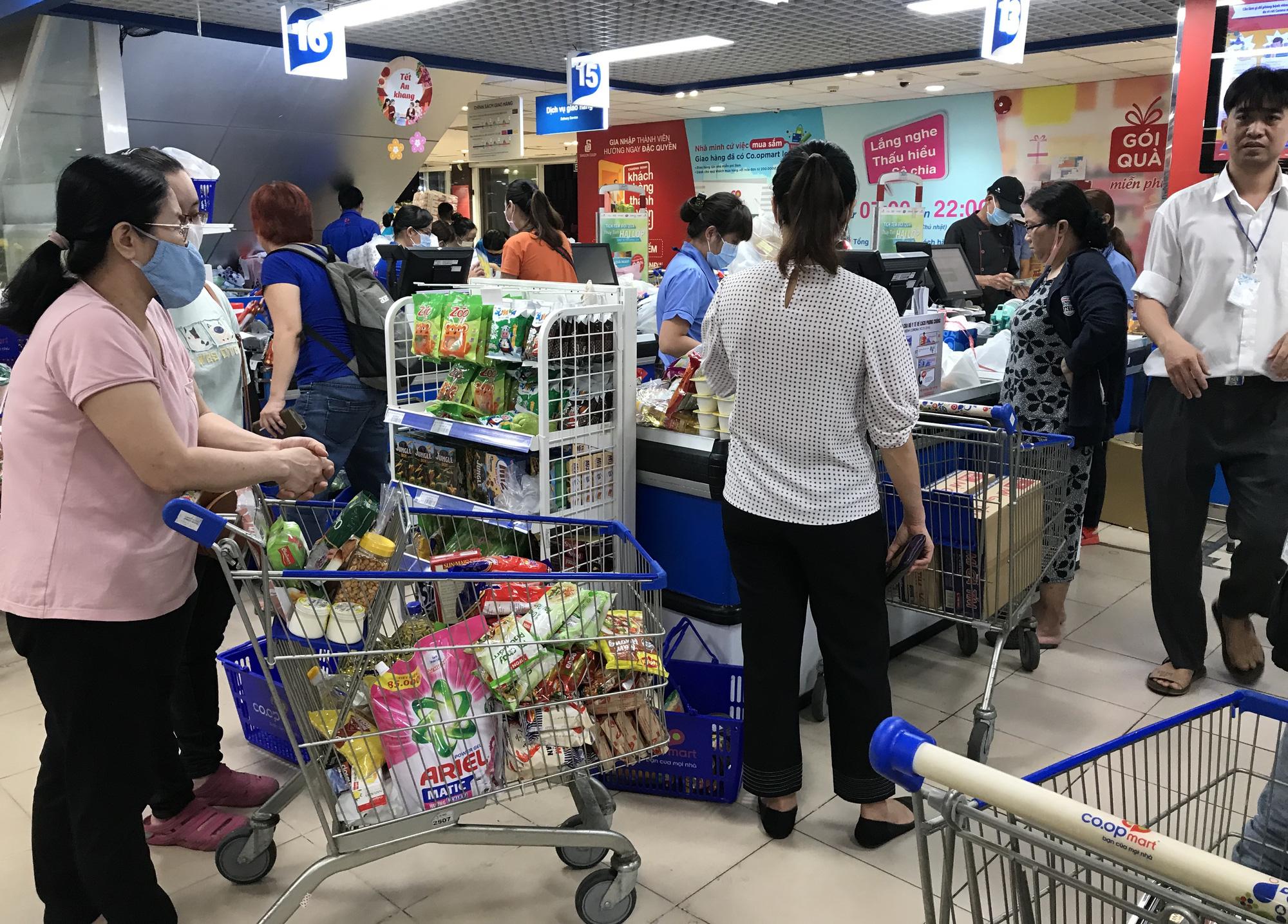 Người Sài Gòn không gom hàng tích trữ, thực phẩm, gạo, mì tôm… đầy ắp, siêu thị còn giảm giá mạnh - Ảnh 13.