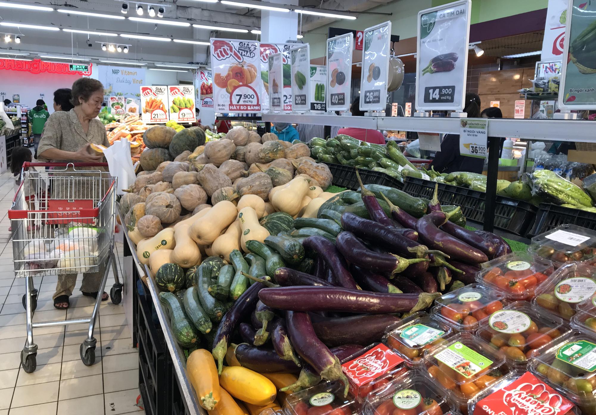 Người Sài Gòn không gom hàng tích trữ, thực phẩm, gạo, mì tôm… đầy ắp, siêu thị còn giảm giá mạnh - Ảnh 1.