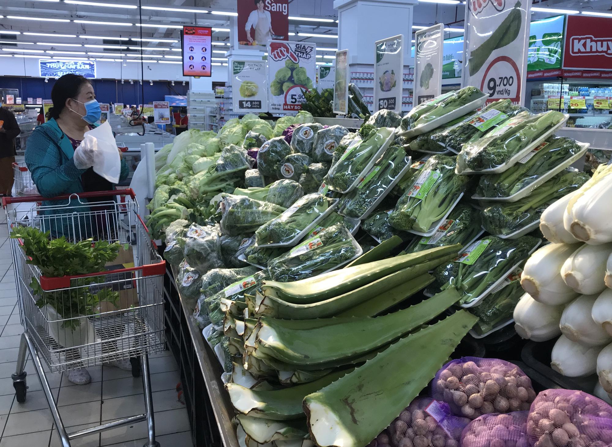 Người Sài Gòn không gom hàng tích trữ, thực phẩm, gạo, mì tôm… đầy ắp, siêu thị còn giảm giá mạnh - Ảnh 3.