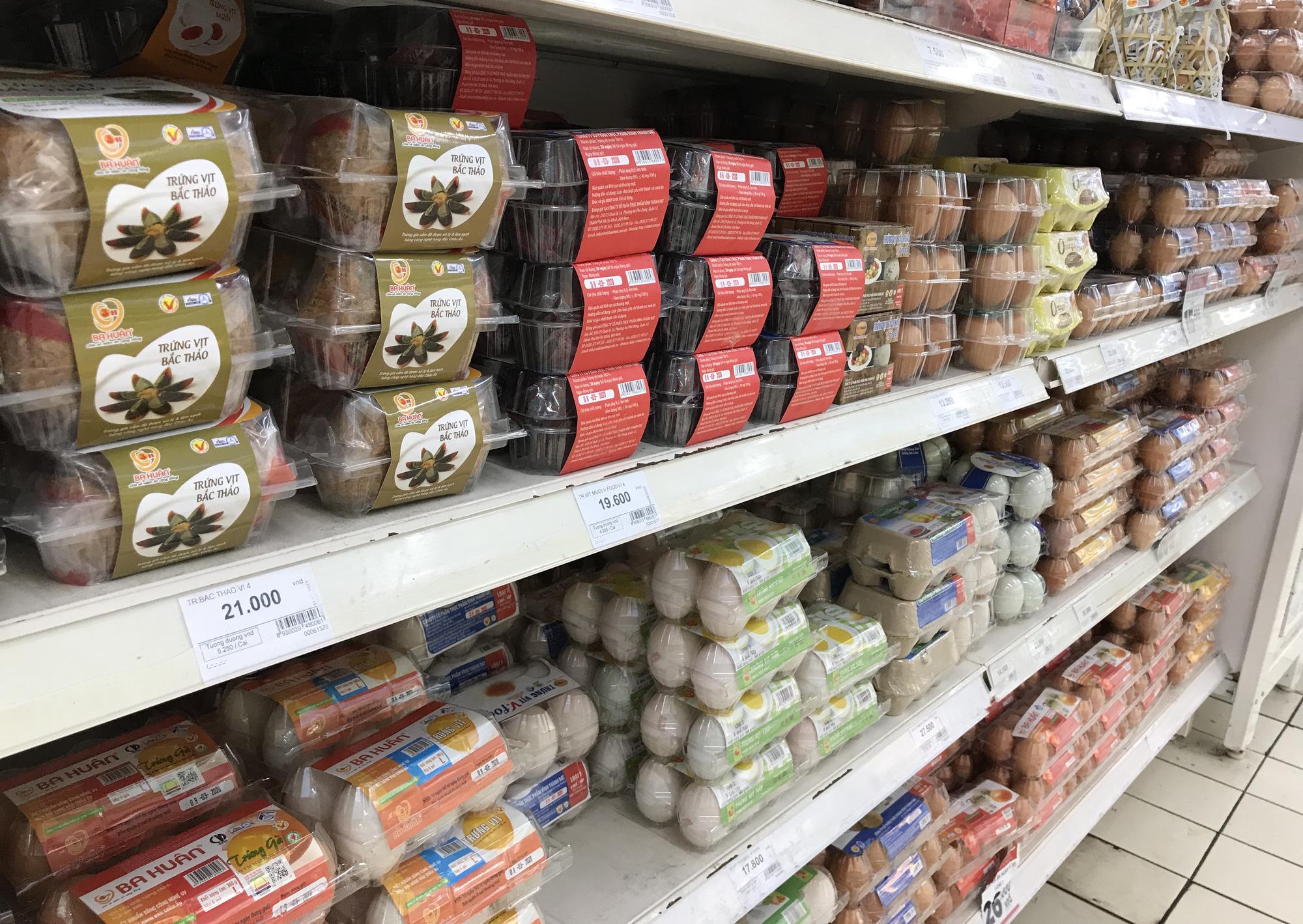 Người Sài Gòn không gom hàng tích trữ, thực phẩm, gạo, mì tôm… đầy ắp, siêu thị còn giảm giá mạnh - Ảnh 5.