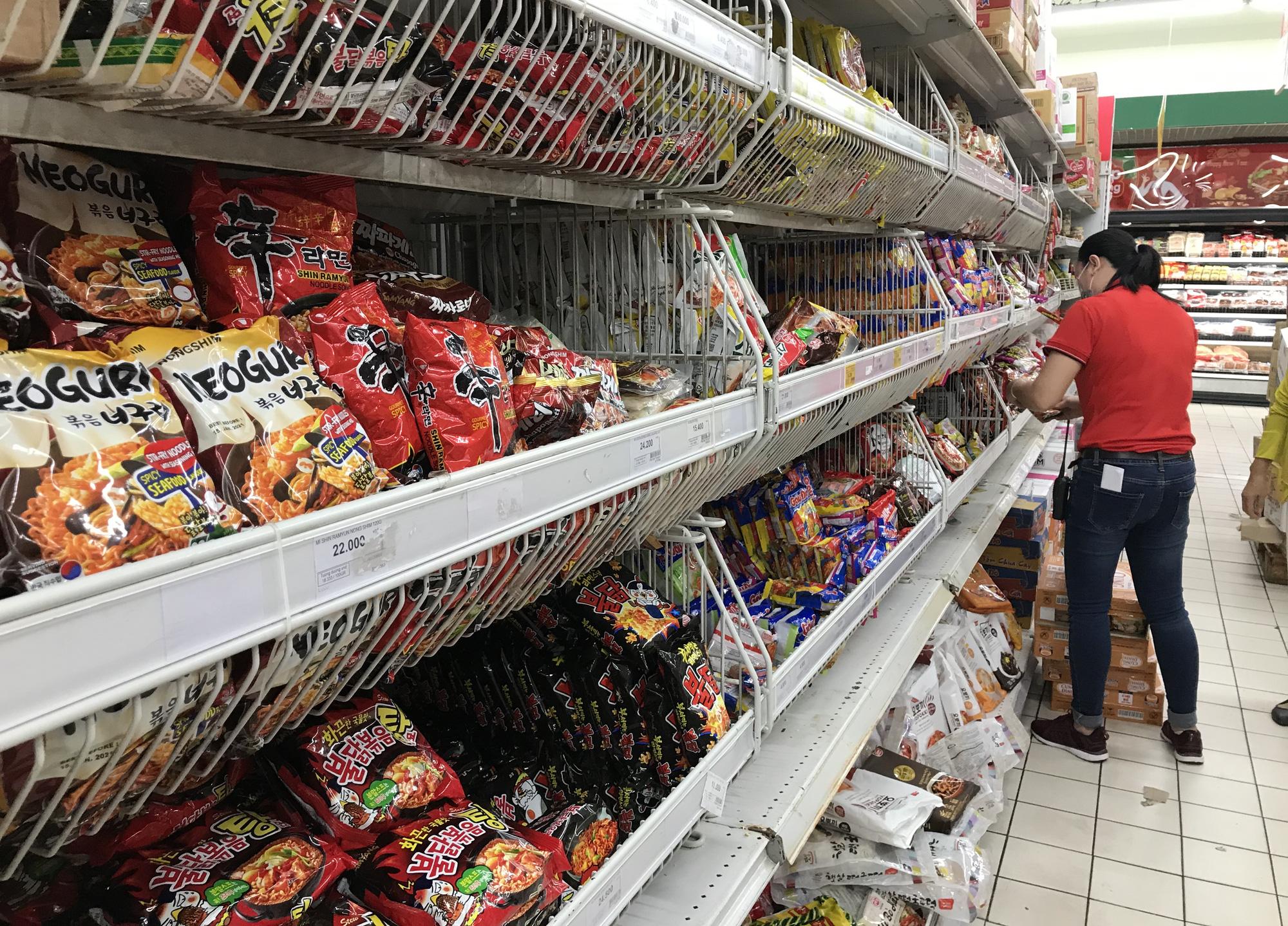 Người Sài Gòn không gom hàng tích trữ, thực phẩm, gạo, mì tôm… đầy ắp, siêu thị còn giảm giá mạnh - Ảnh 6.