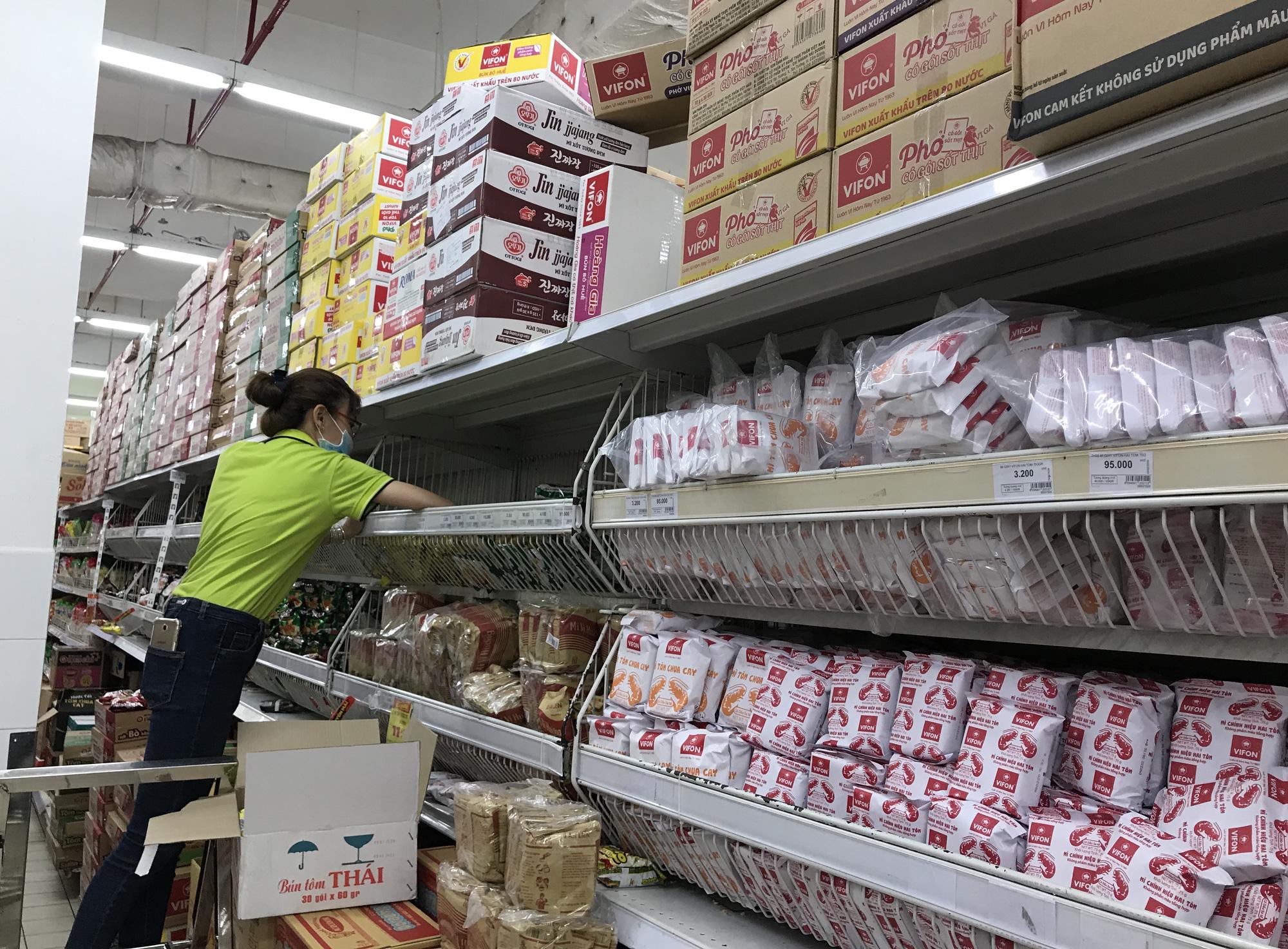 Người Sài Gòn không gom hàng tích trữ, thực phẩm, gạo, mì tôm… đầy ắp, siêu thị còn giảm giá mạnh - Ảnh 8.