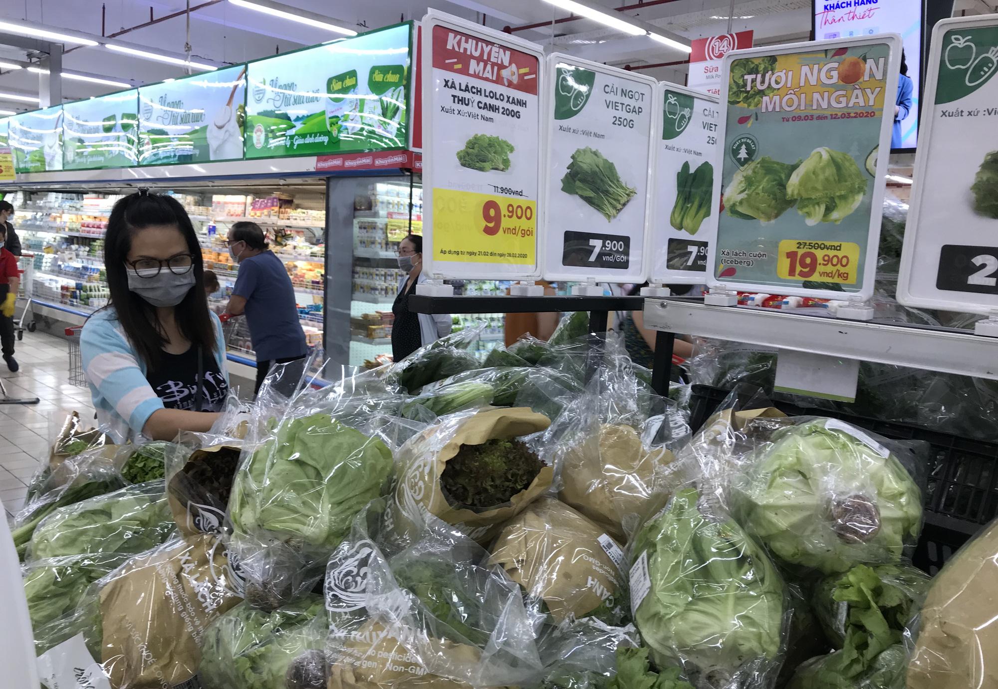 Người Sài Gòn không gom hàng tích trữ, thực phẩm, gạo, mì tôm… đầy ắp, siêu thị còn giảm giá mạnh - Ảnh 4.